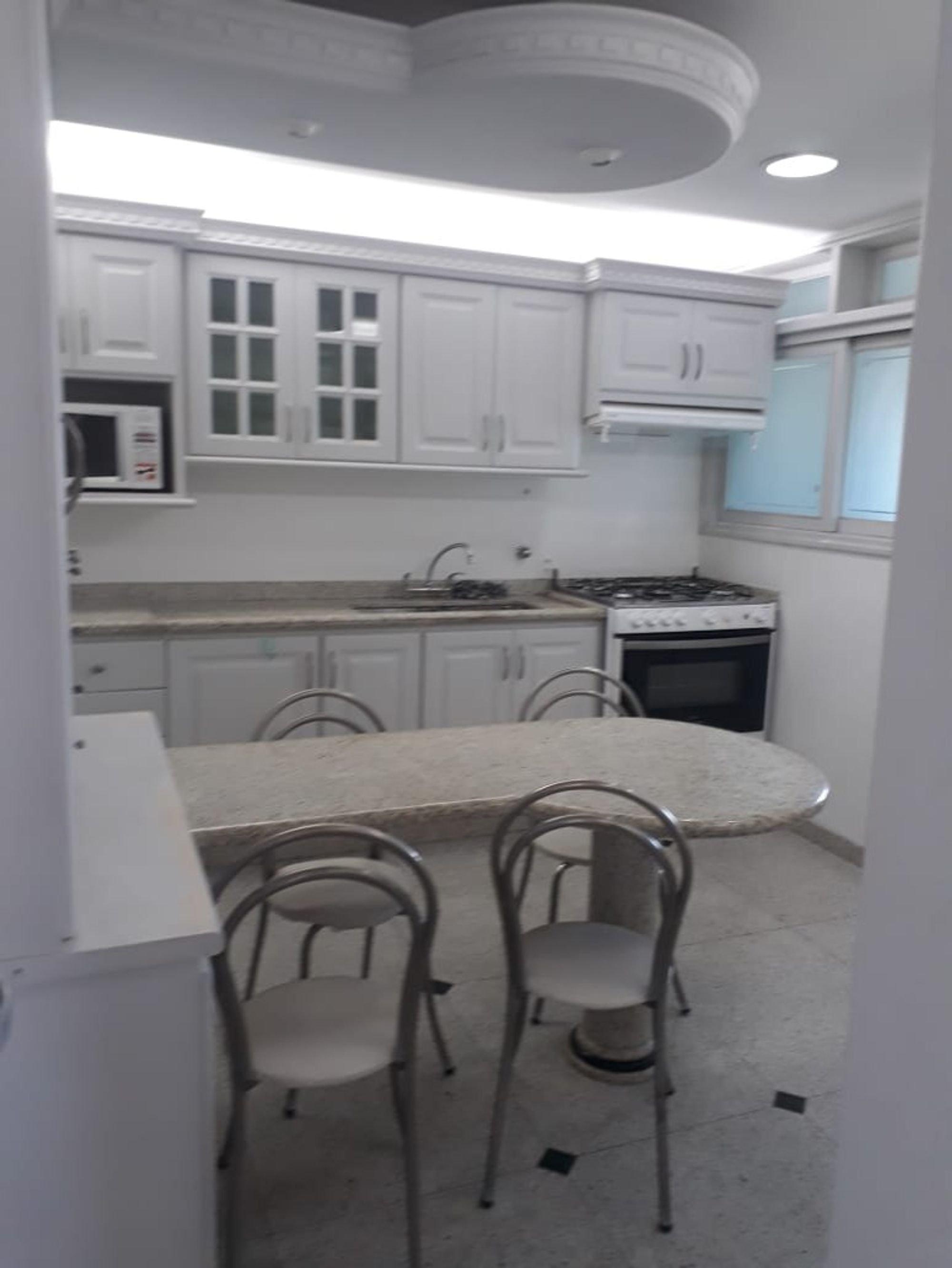 Foto de Cozinha com forno, cadeira, pia, microondas, mesa de jantar