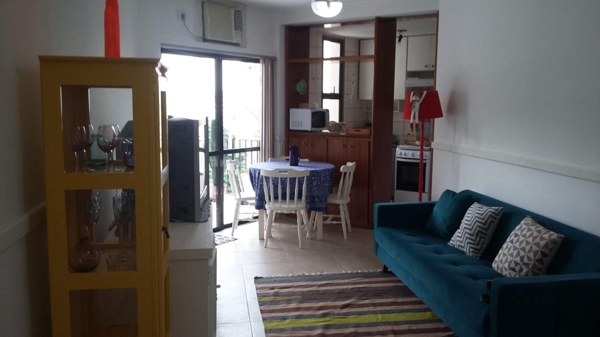 Foto de Sala com copo de vinho, sofá, cadeira, mesa de jantar