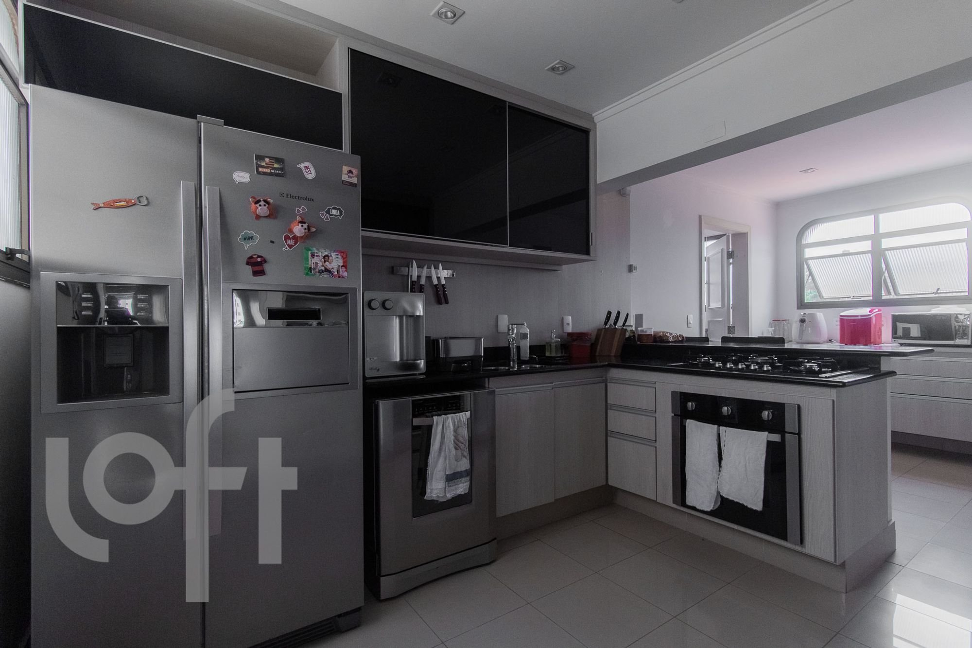 Foto de Cozinha com forno, geladeira, faca