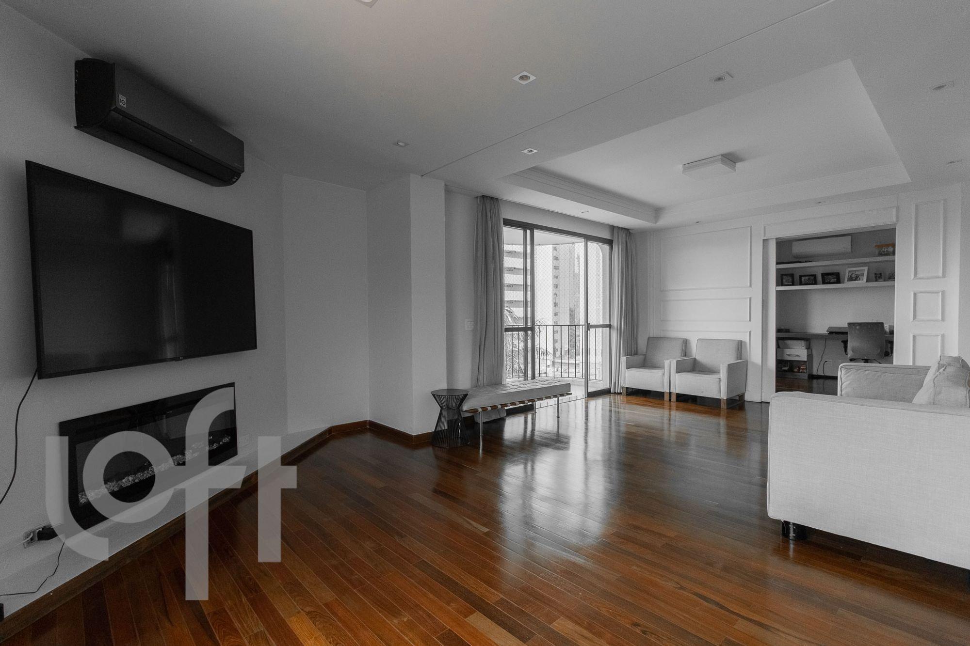 Foto de Sala com cama, sofá, televisão, banco