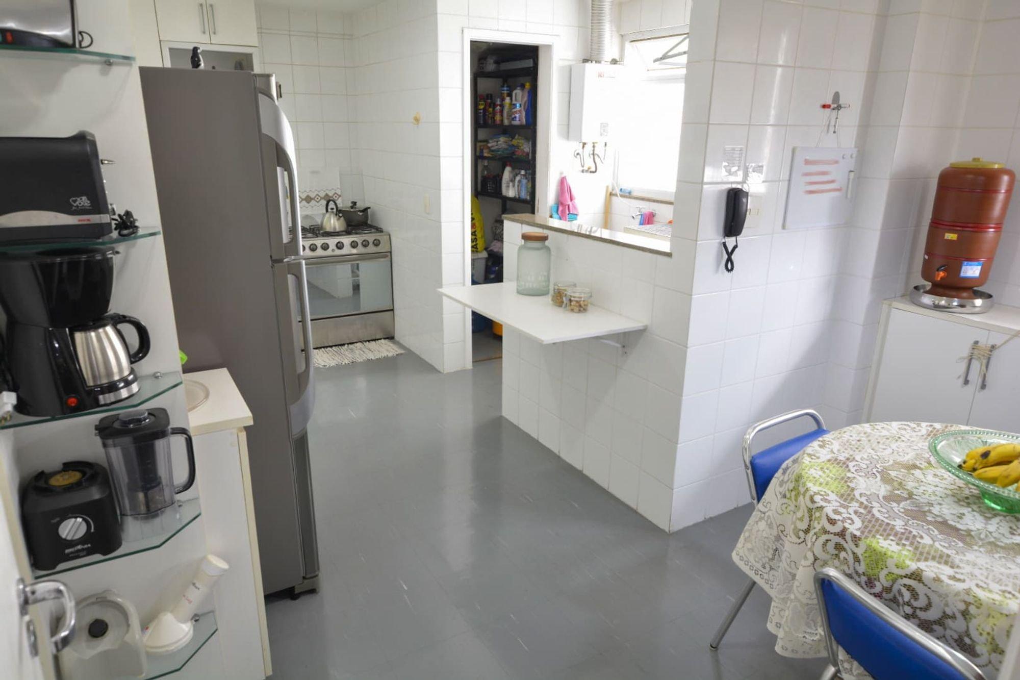 Foto de Cozinha com forno, tigela, geladeira, cadeira, mesa de jantar