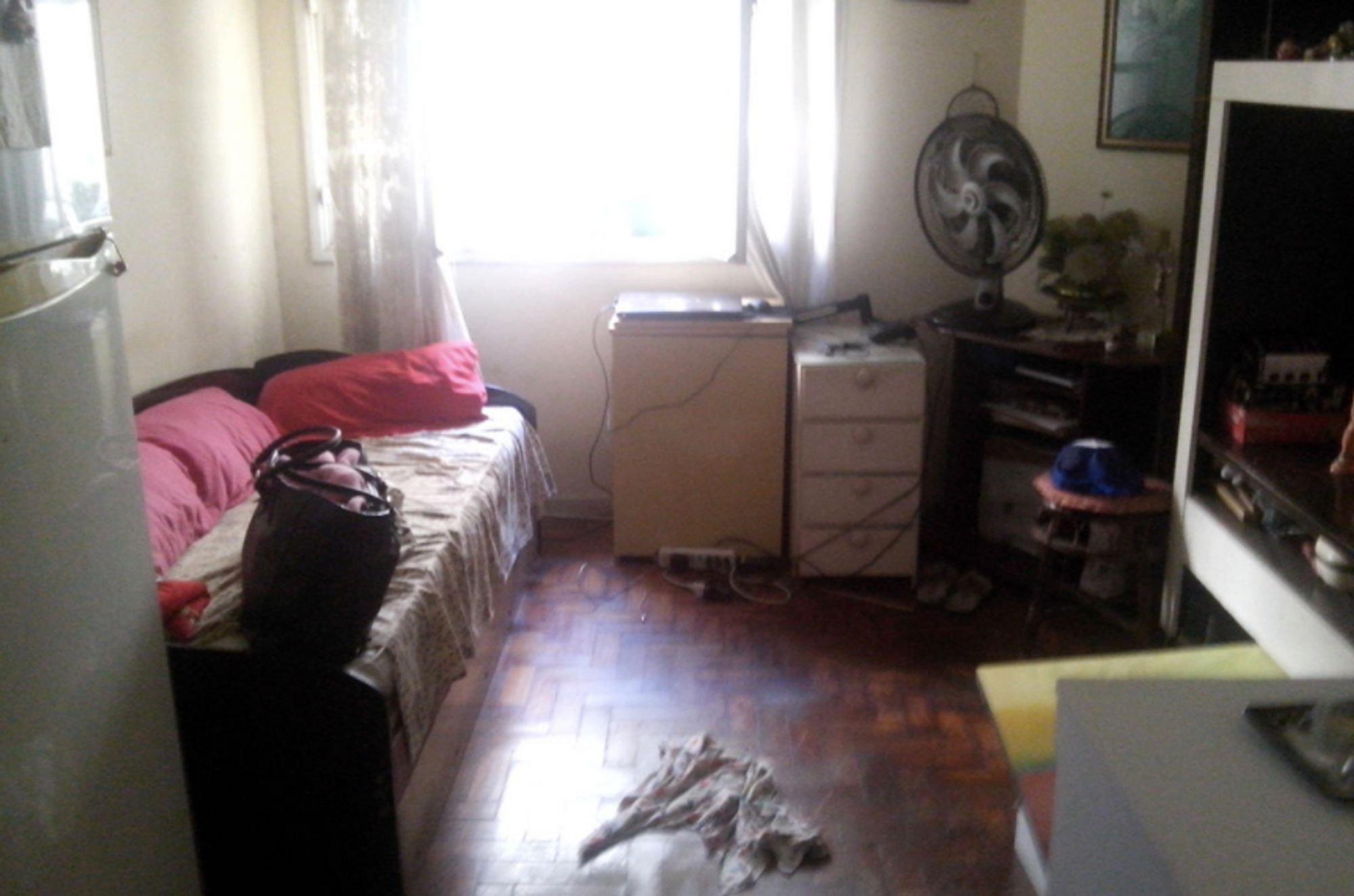 Foto de Quarto com cama, geladeira