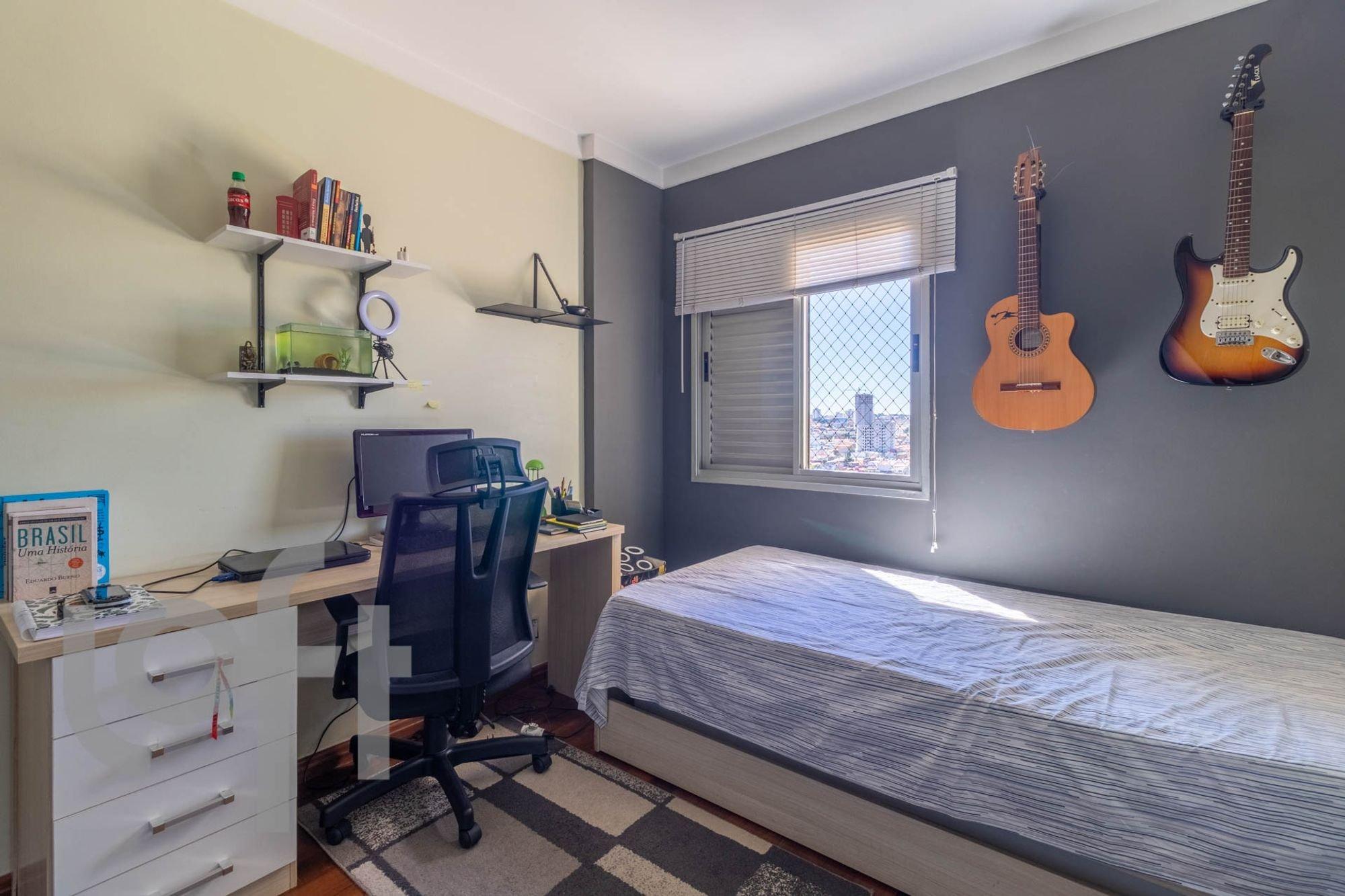Foto de Quarto com cama, garrafa, cadeira, livro