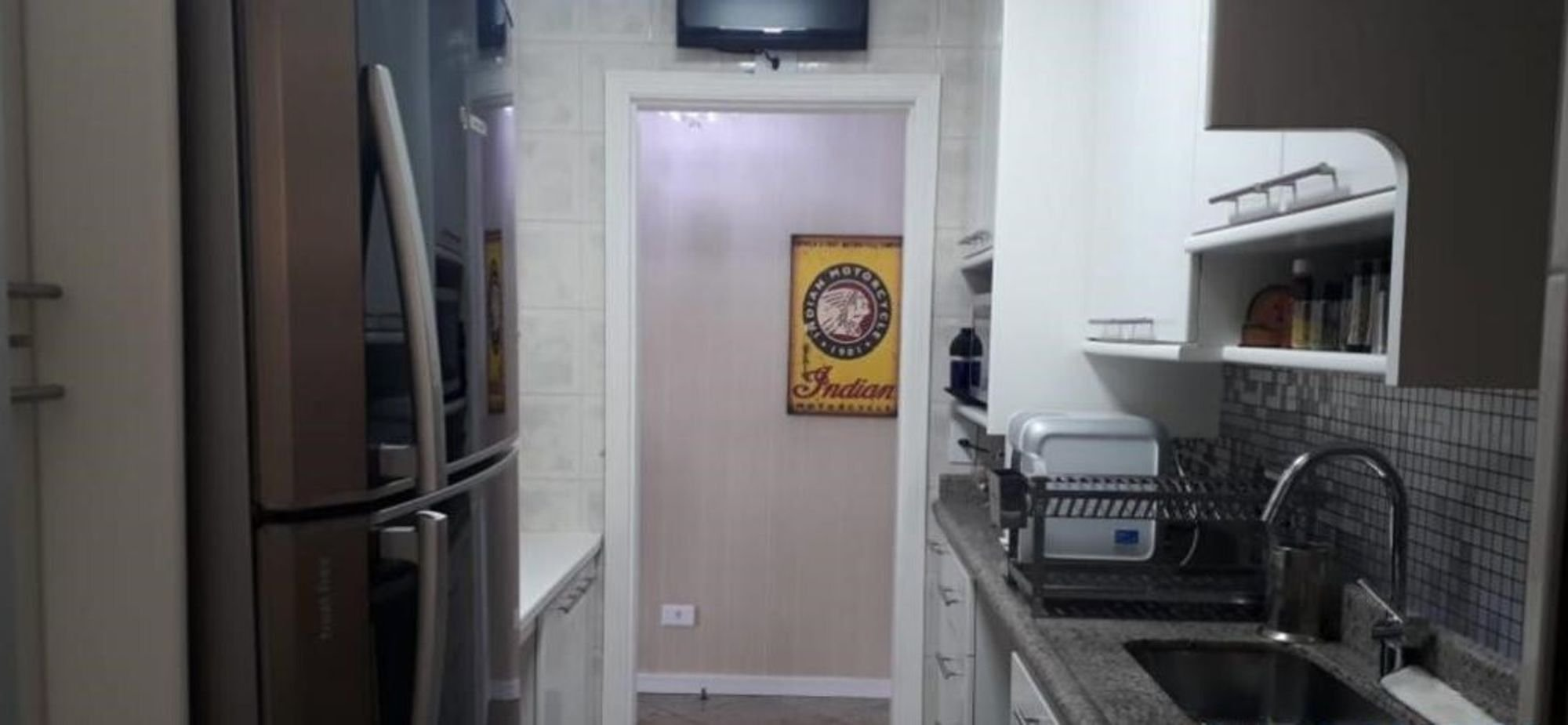 Nesta foto há geladeira, pia