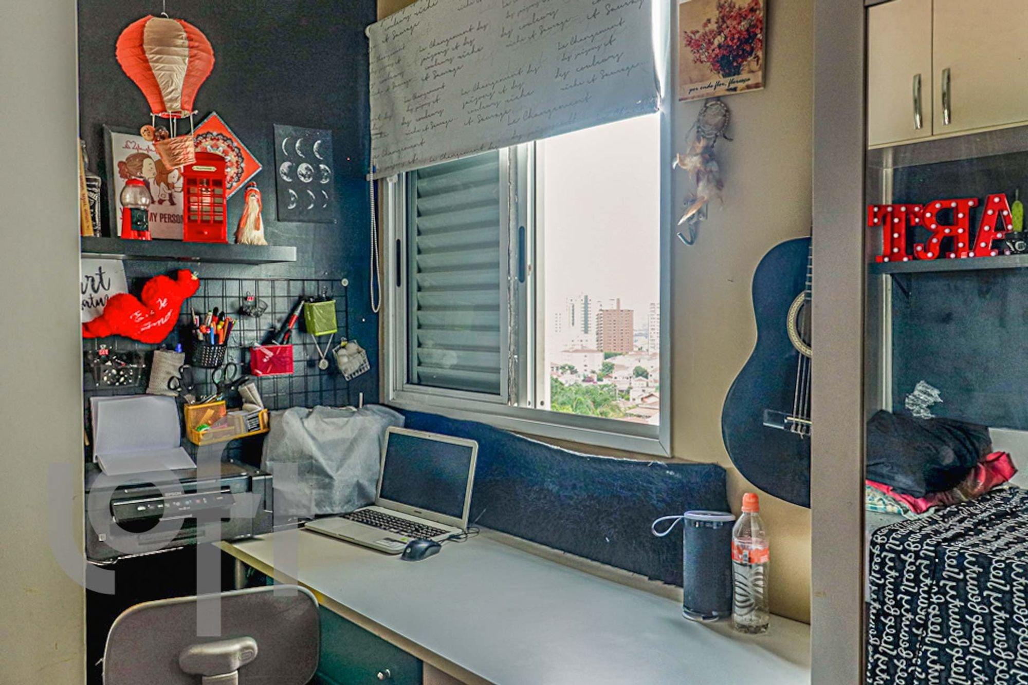 Foto de Cozinha com teclado, garrafa, computador portátil, cadeira