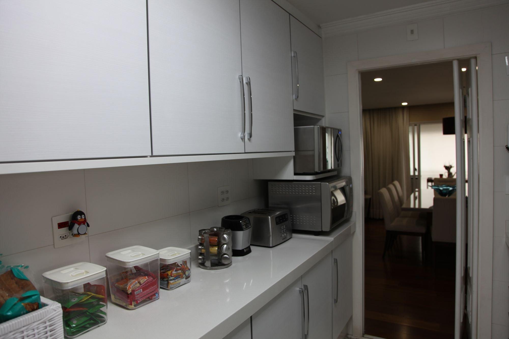 Foto de Cozinha com torradeira, cadeira, microondas