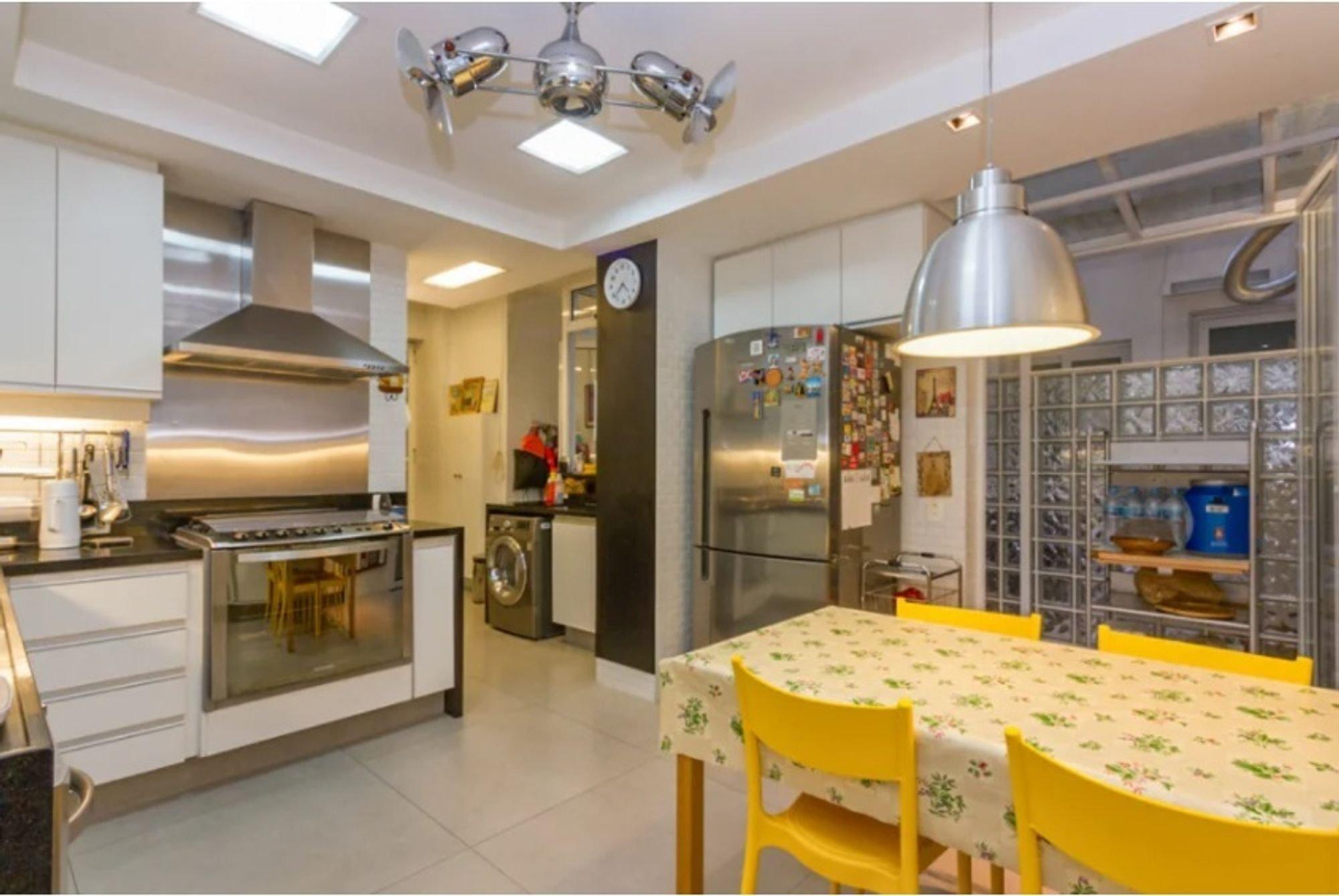 Foto de Cozinha com relógio, forno, geladeira, cadeira, mesa de jantar