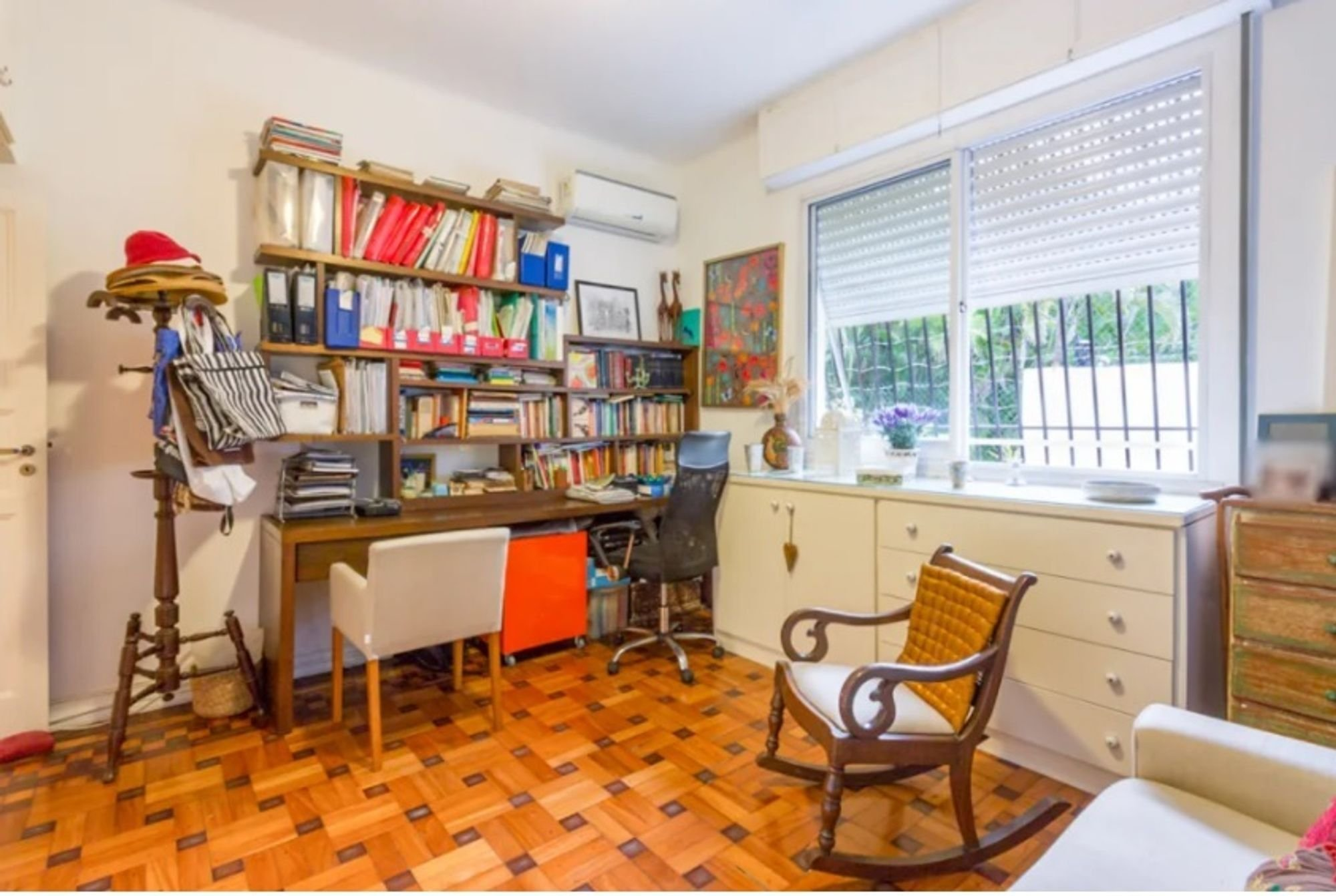 Foto de Sala com mouse, cadeira, livro
