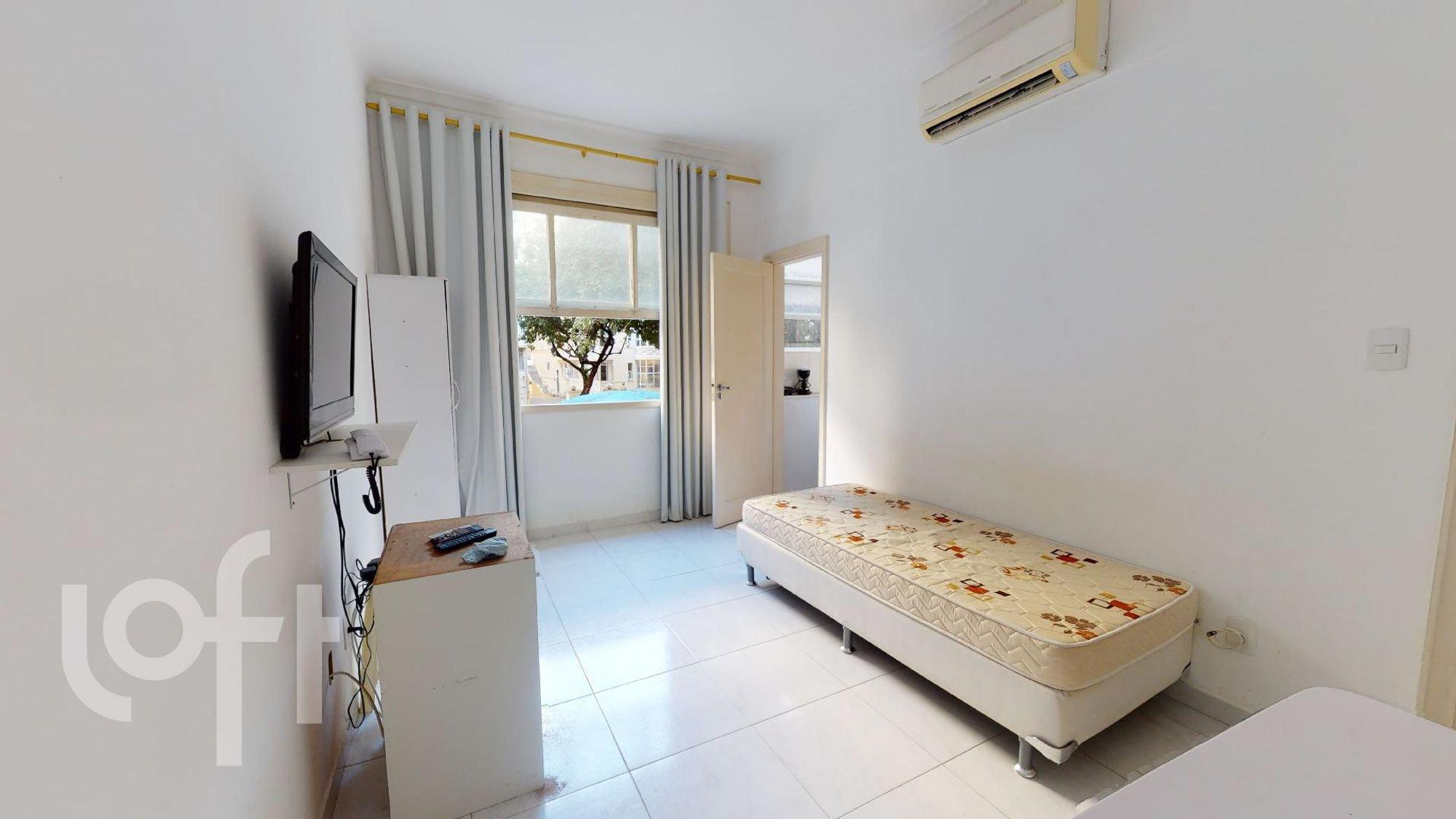 Foto de Quarto com cama, controle remoto, televisão