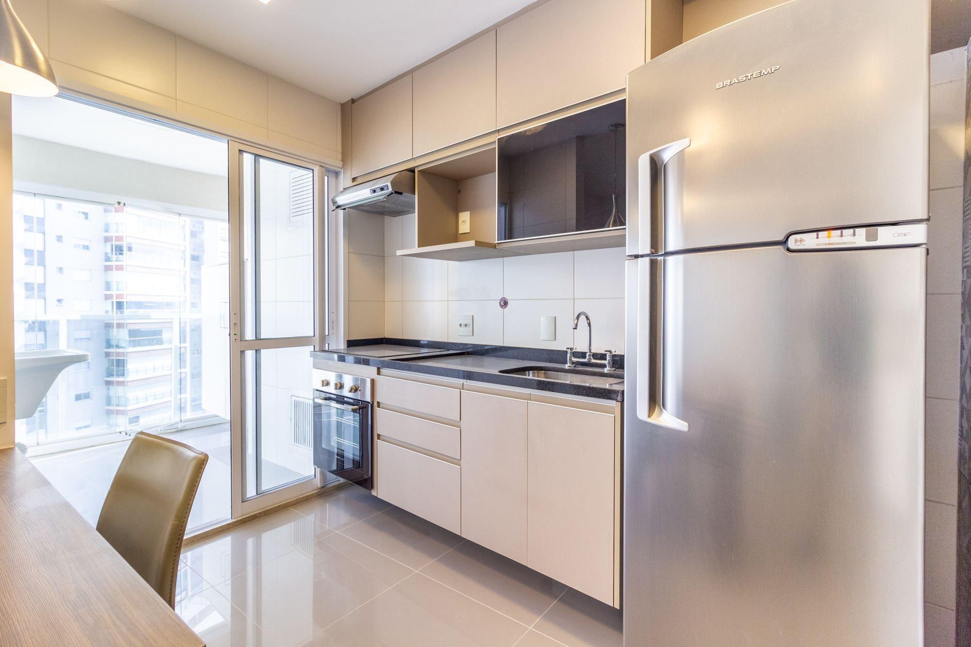 Foto de Cozinha com geladeira, cadeira, pia, mesa de jantar
