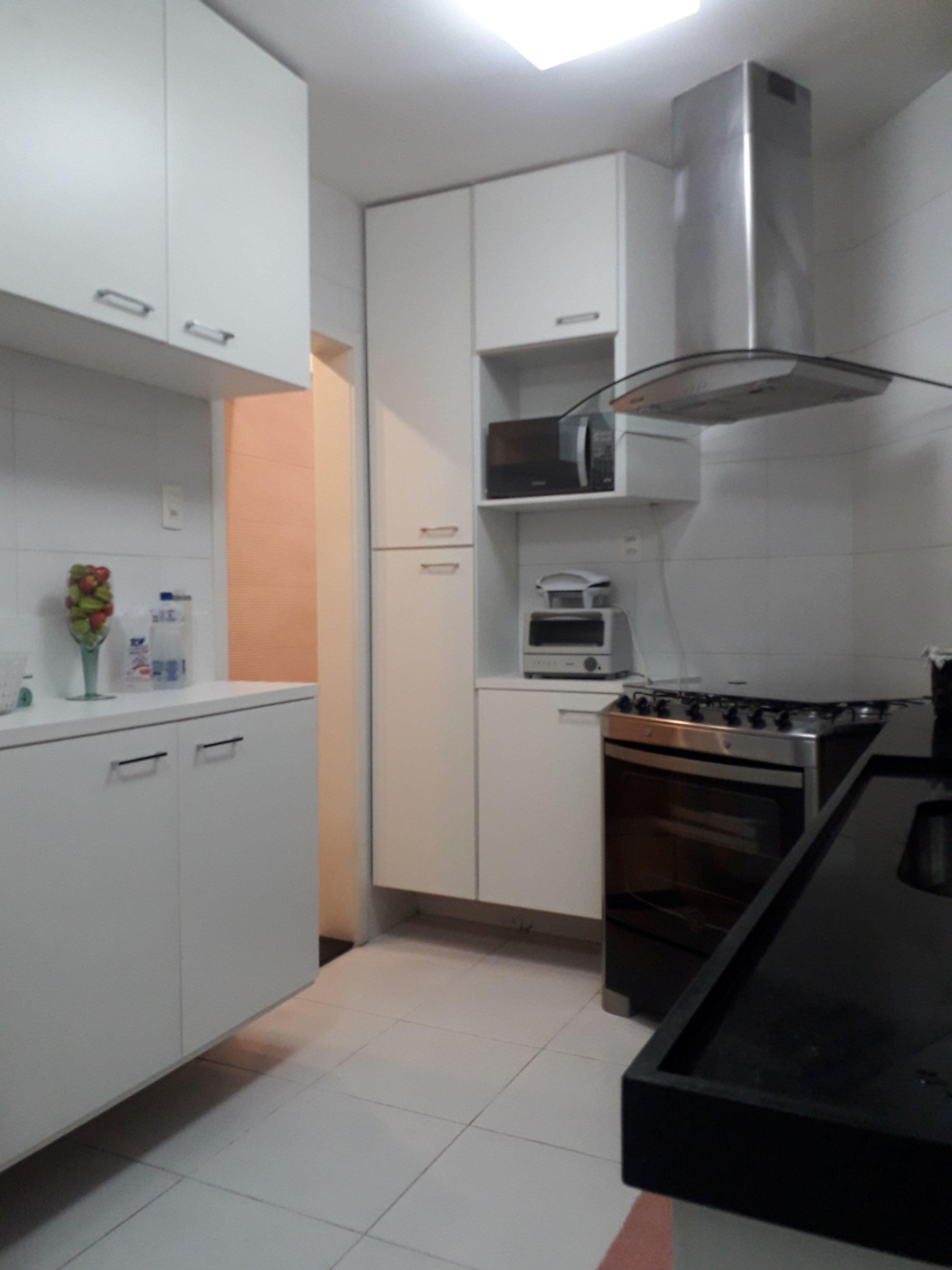 Foto de Cozinha com vaso, garrafa, forno, microondas