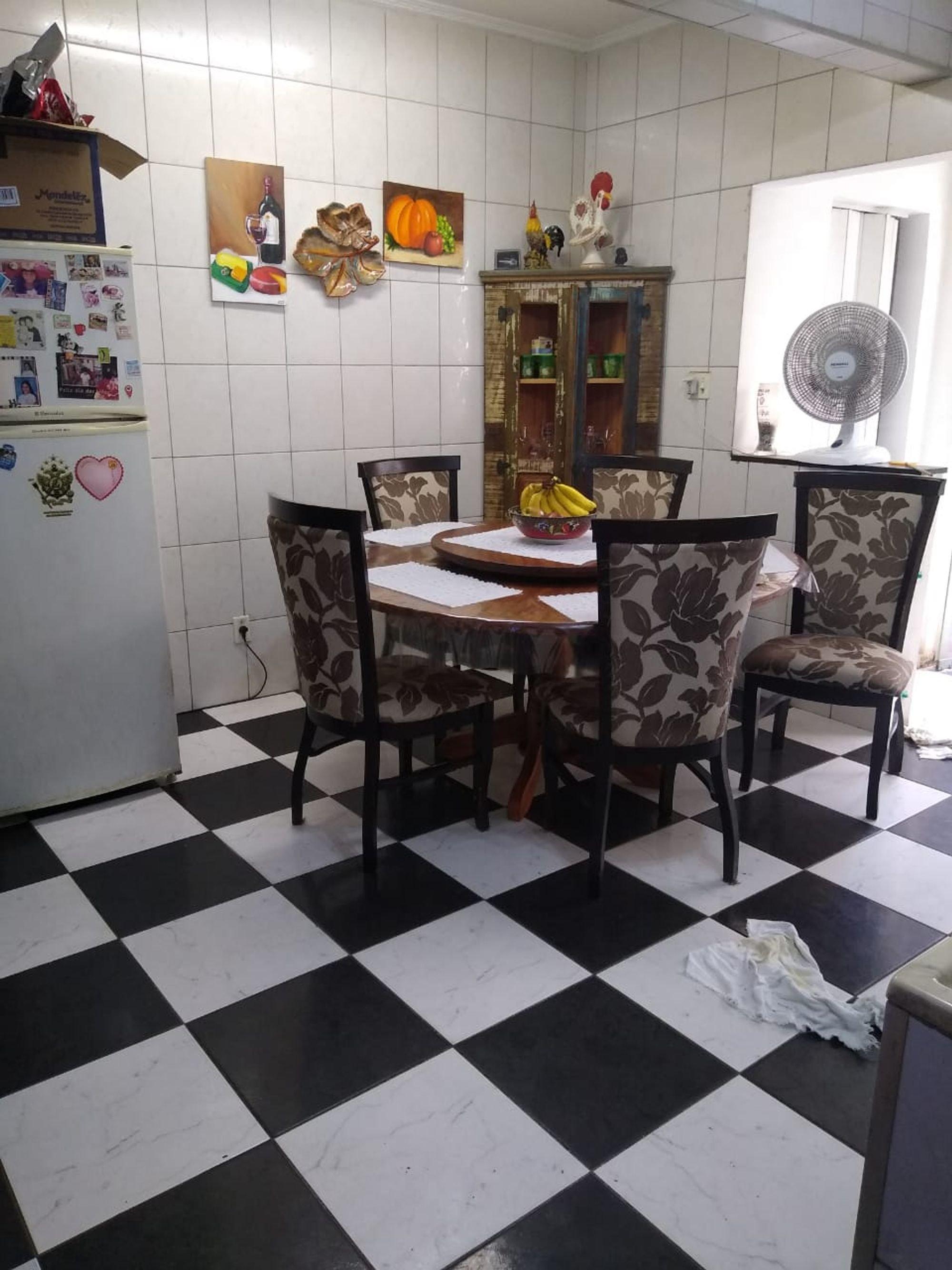 Foto de Sala com tigela, geladeira, cadeira