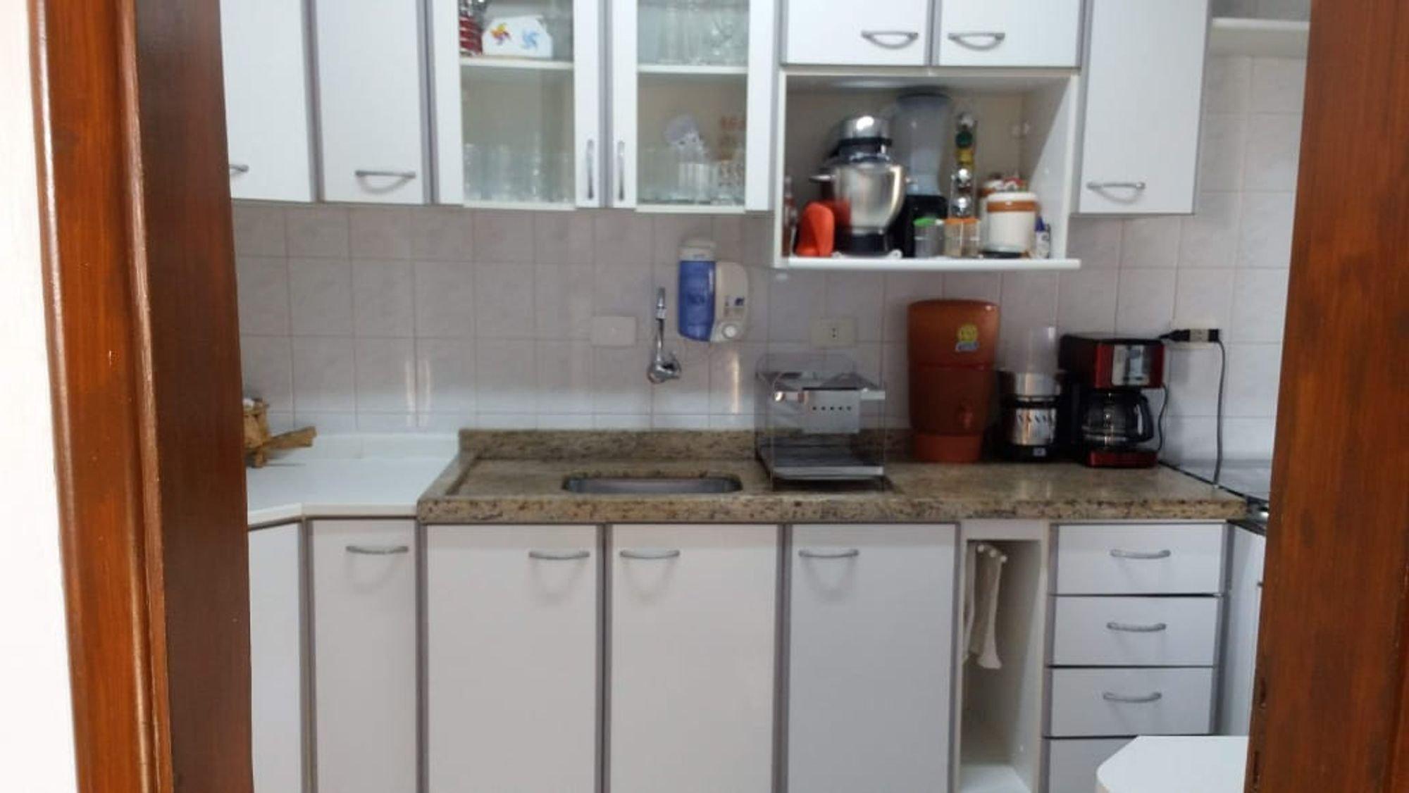 Foto de Cozinha com copo de vinho, xícara