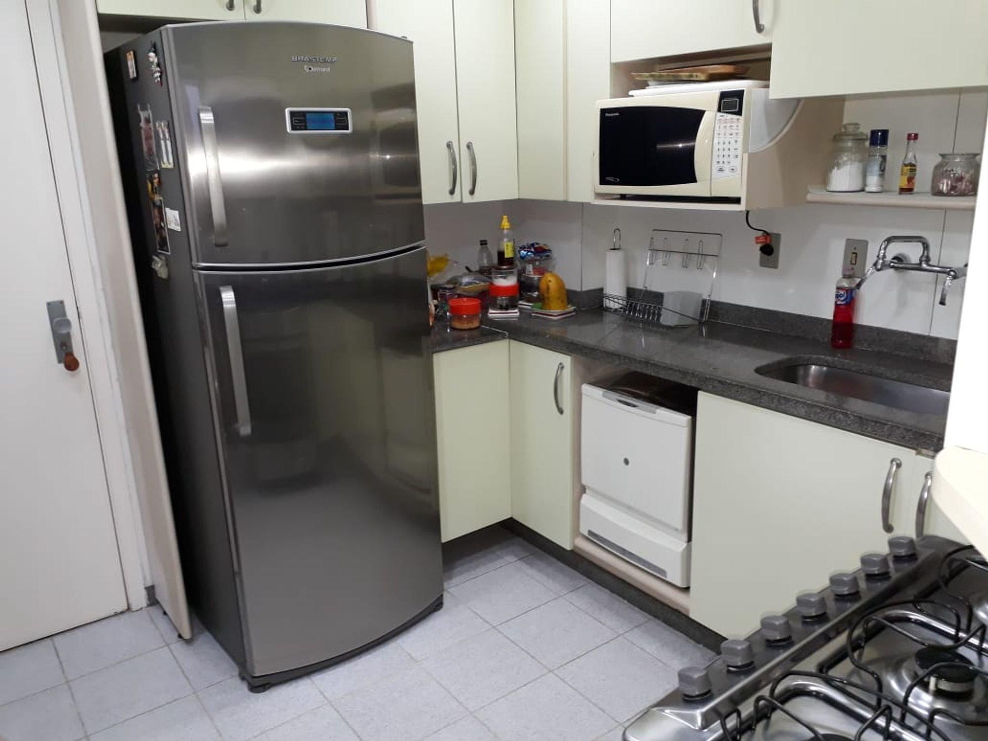 Foto de Cozinha com garrafa, forno, geladeira, pia, microondas