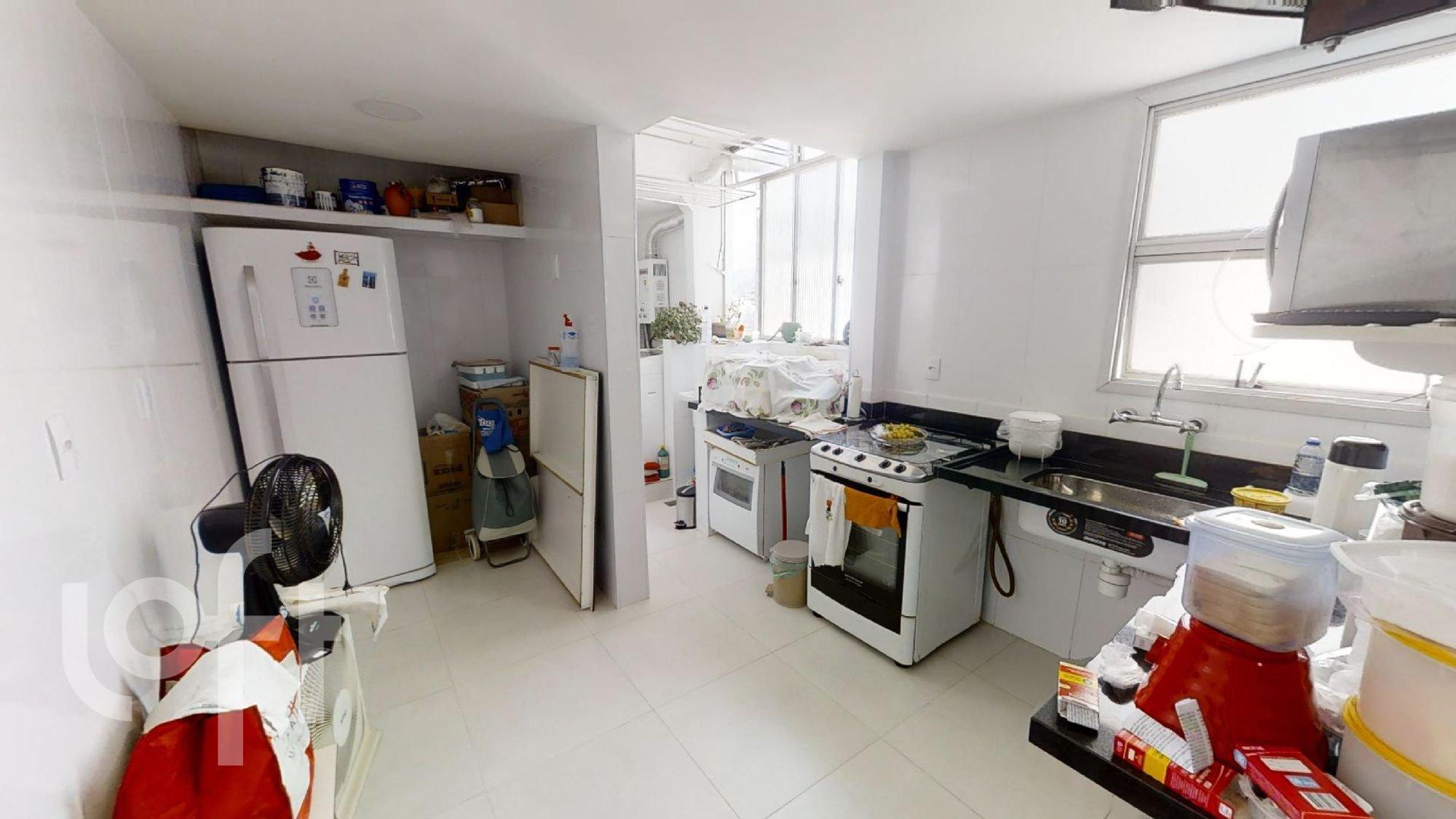 Foto de Cozinha com vaso de planta, garrafa, forno, geladeira