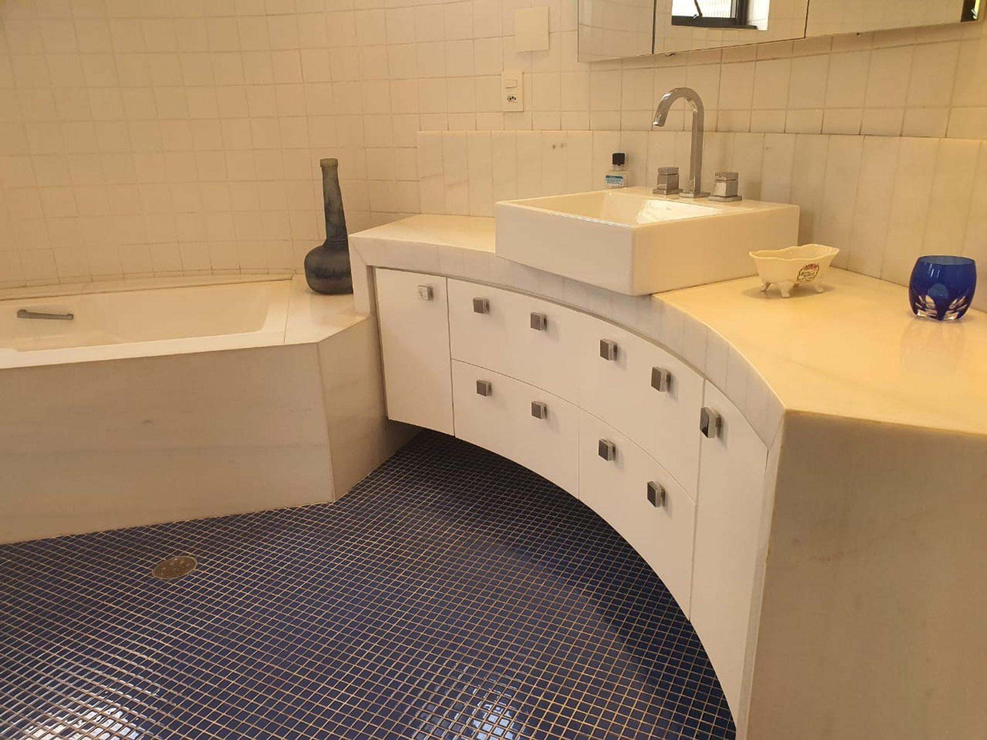 Foto de Banheiro com tigela, pia, xícara
