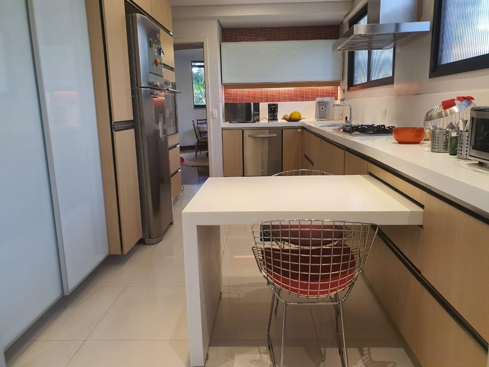 Foto de Cozinha com tigela, cadeira, microondas
