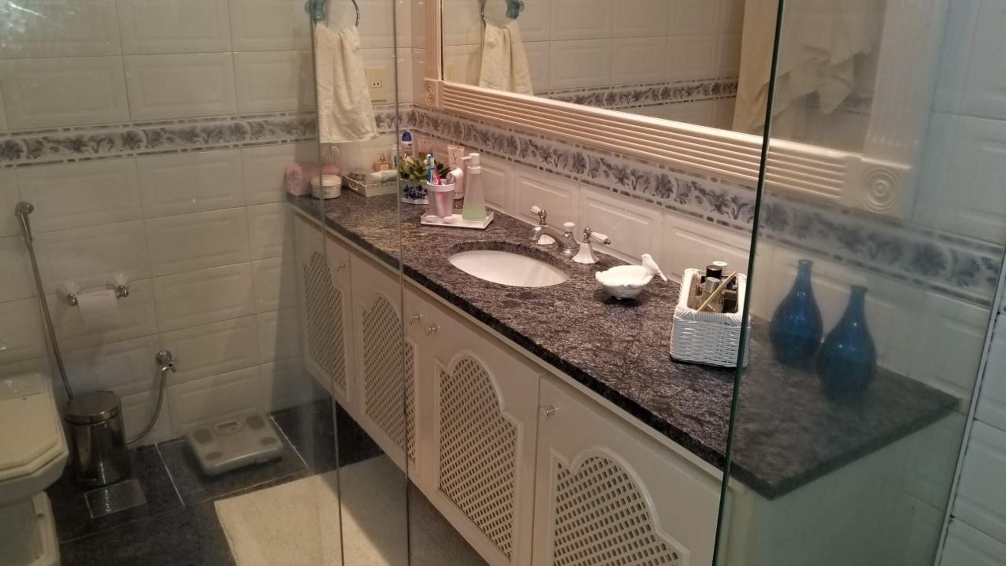 Foto de Banheiro com escova de dente, vaso sanitário, garrafa, tigela, pia, xícara