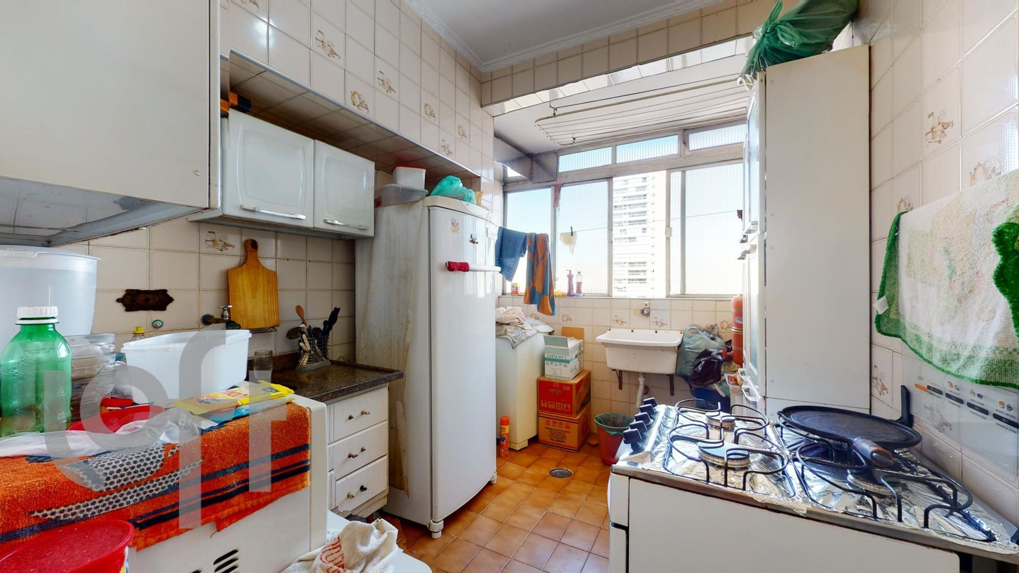 Foto de Lavanderia com geladeira, pia, garrafa