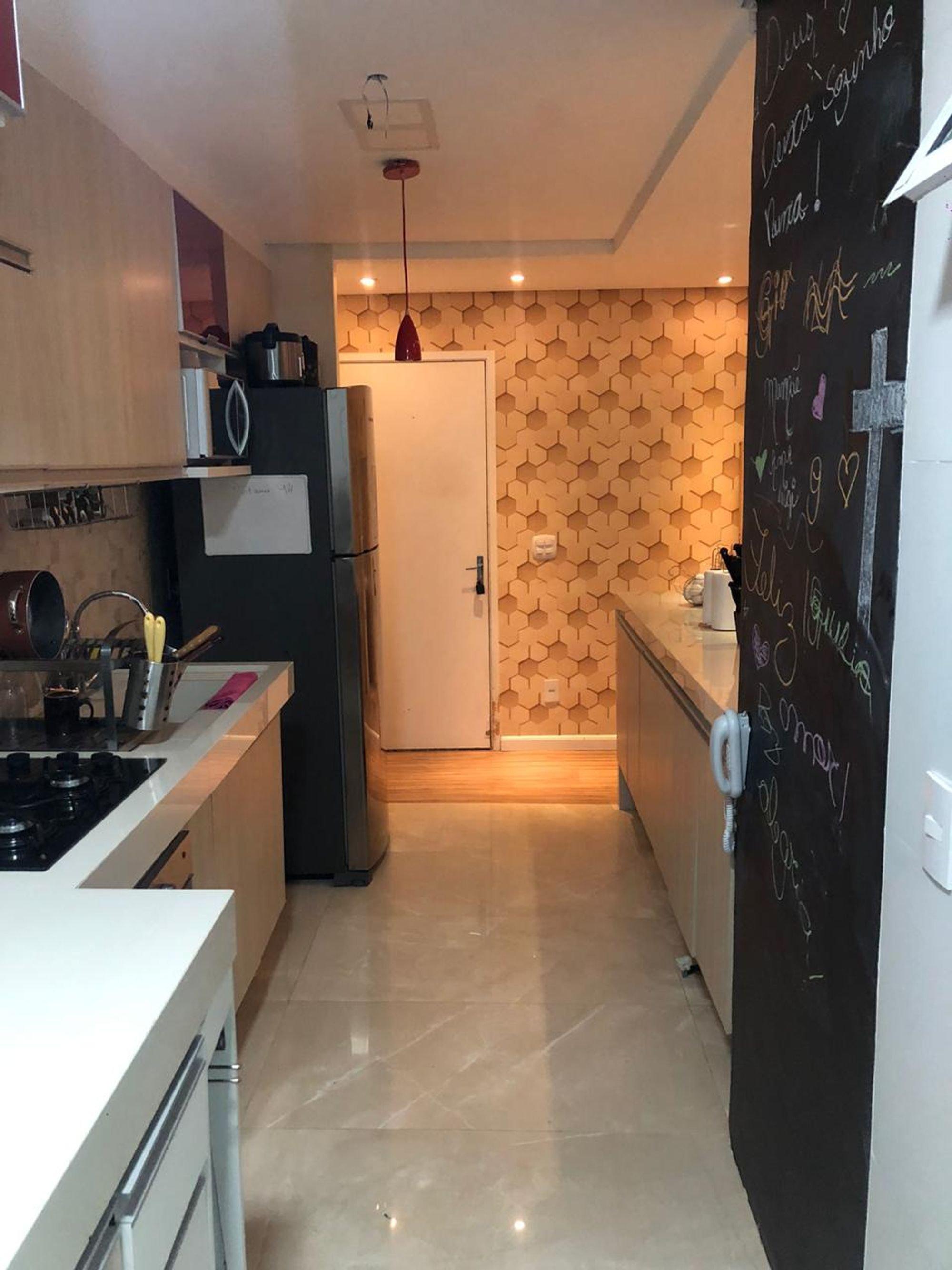 Foto de Cozinha com geladeira, xícara