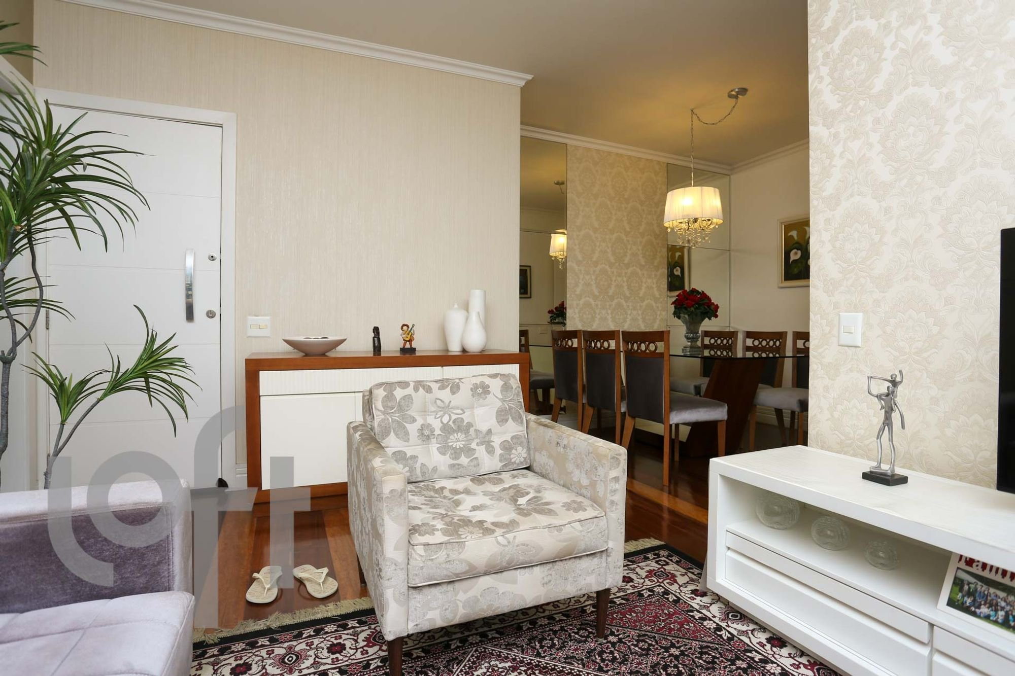 Foto de Sala com vaso de planta, sofá, vaso, tigela, cadeira