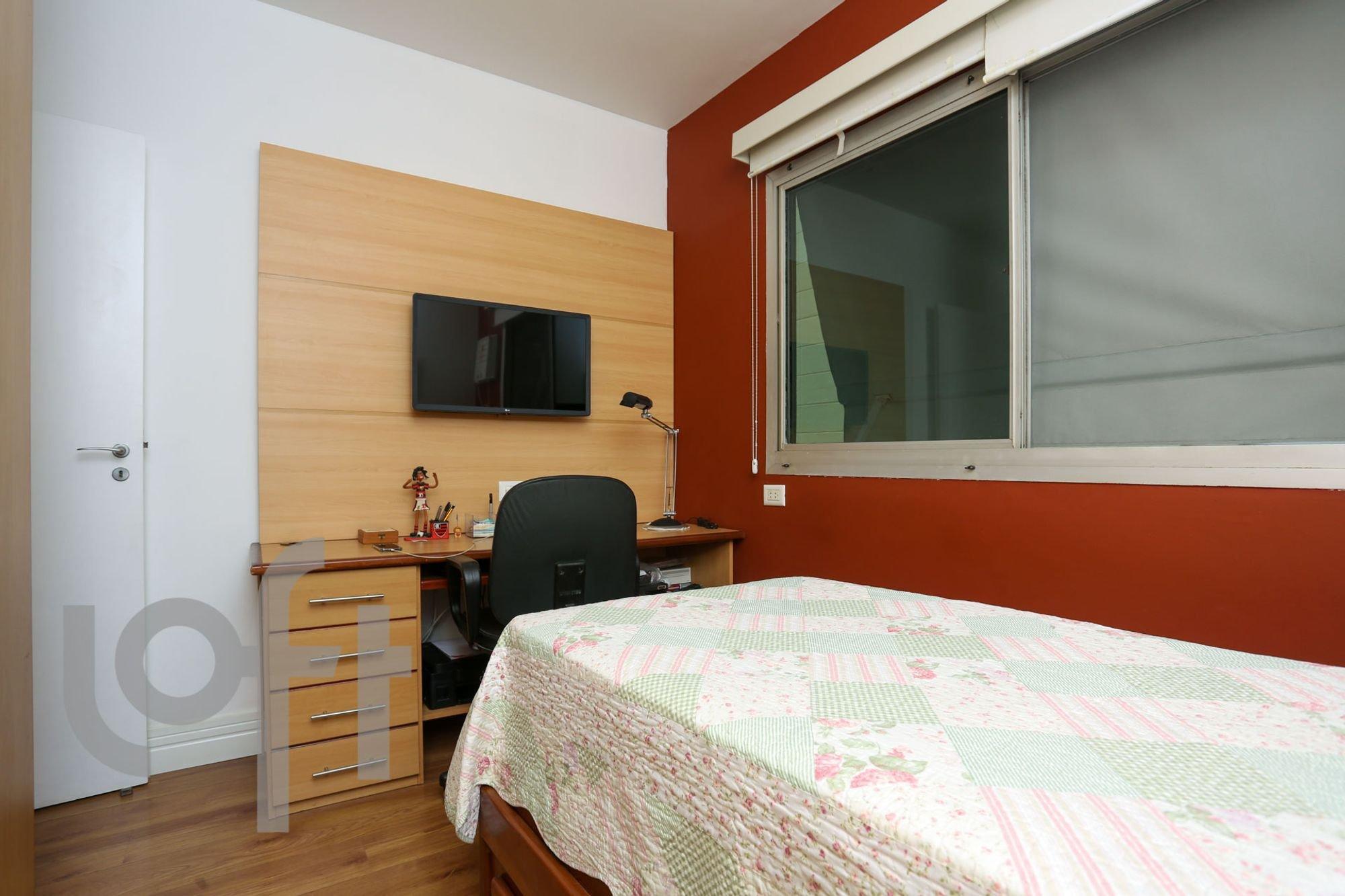 Foto de Quarto com cama, cadeira