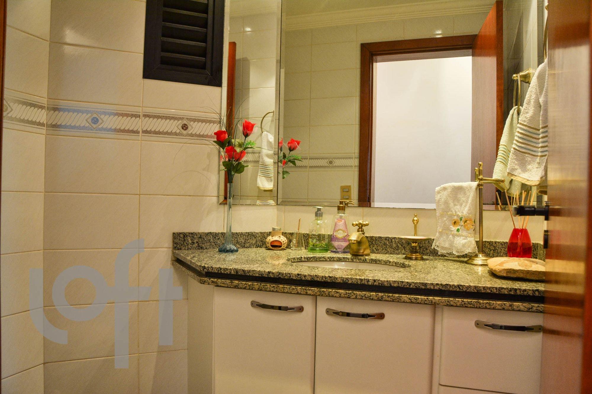 Foto de Cozinha com escova de dente, vaso, garrafa, pia