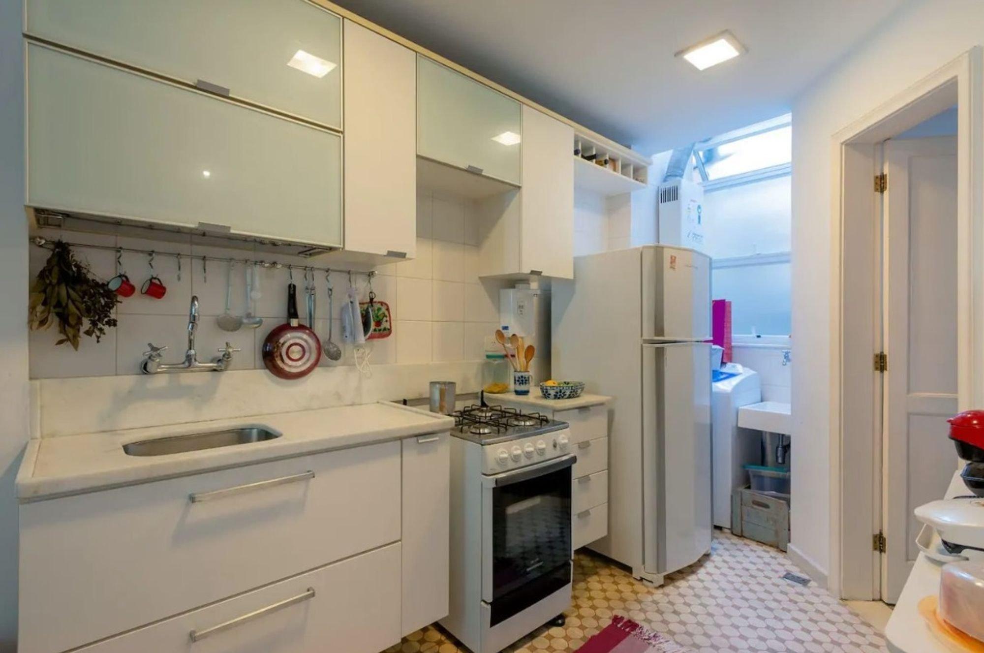 Foto de Cozinha com colher, forno, geladeira