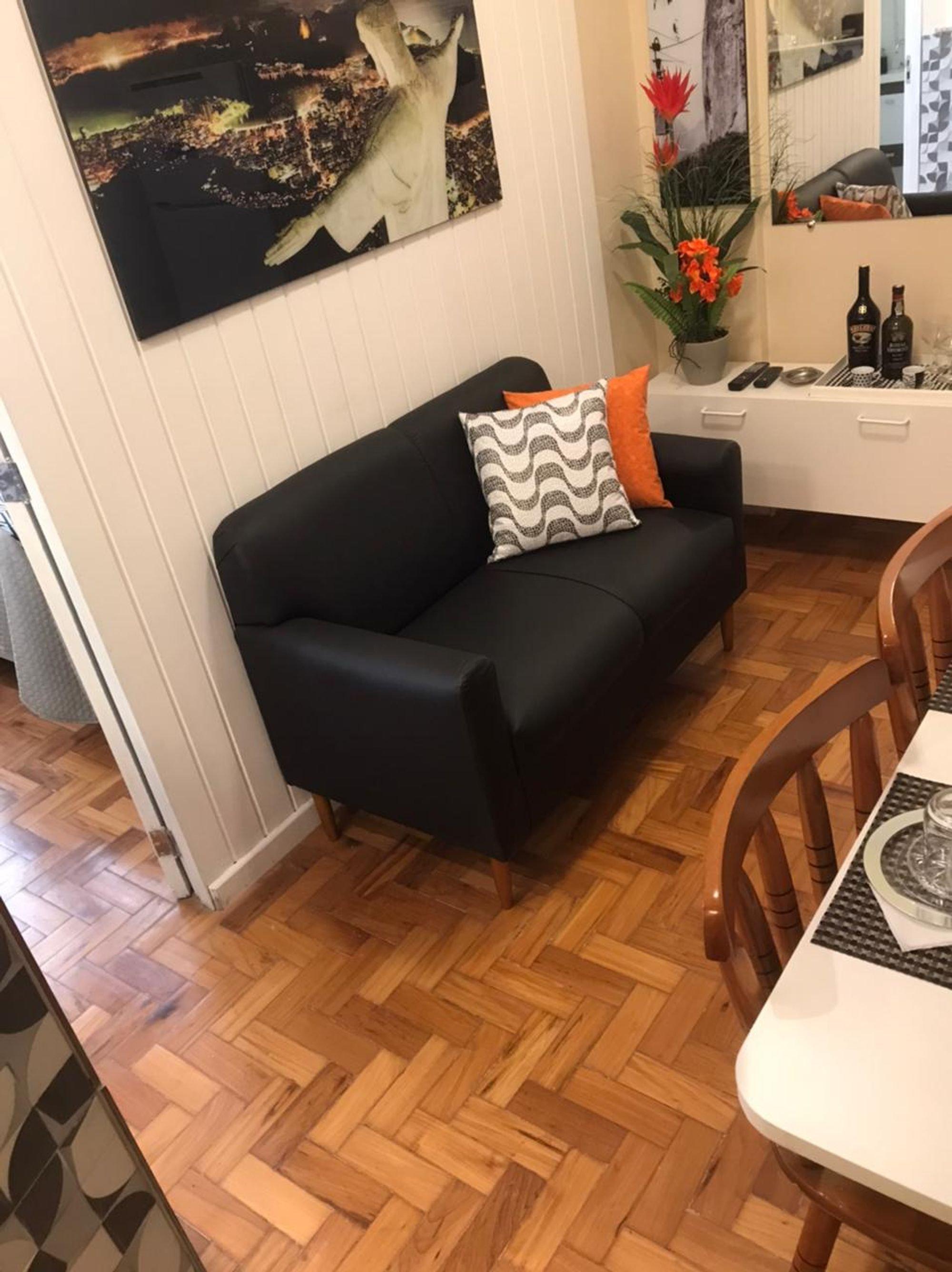 Foto de Sala com vaso de planta, sofá, vaso, garrafa, cadeira, mesa de jantar