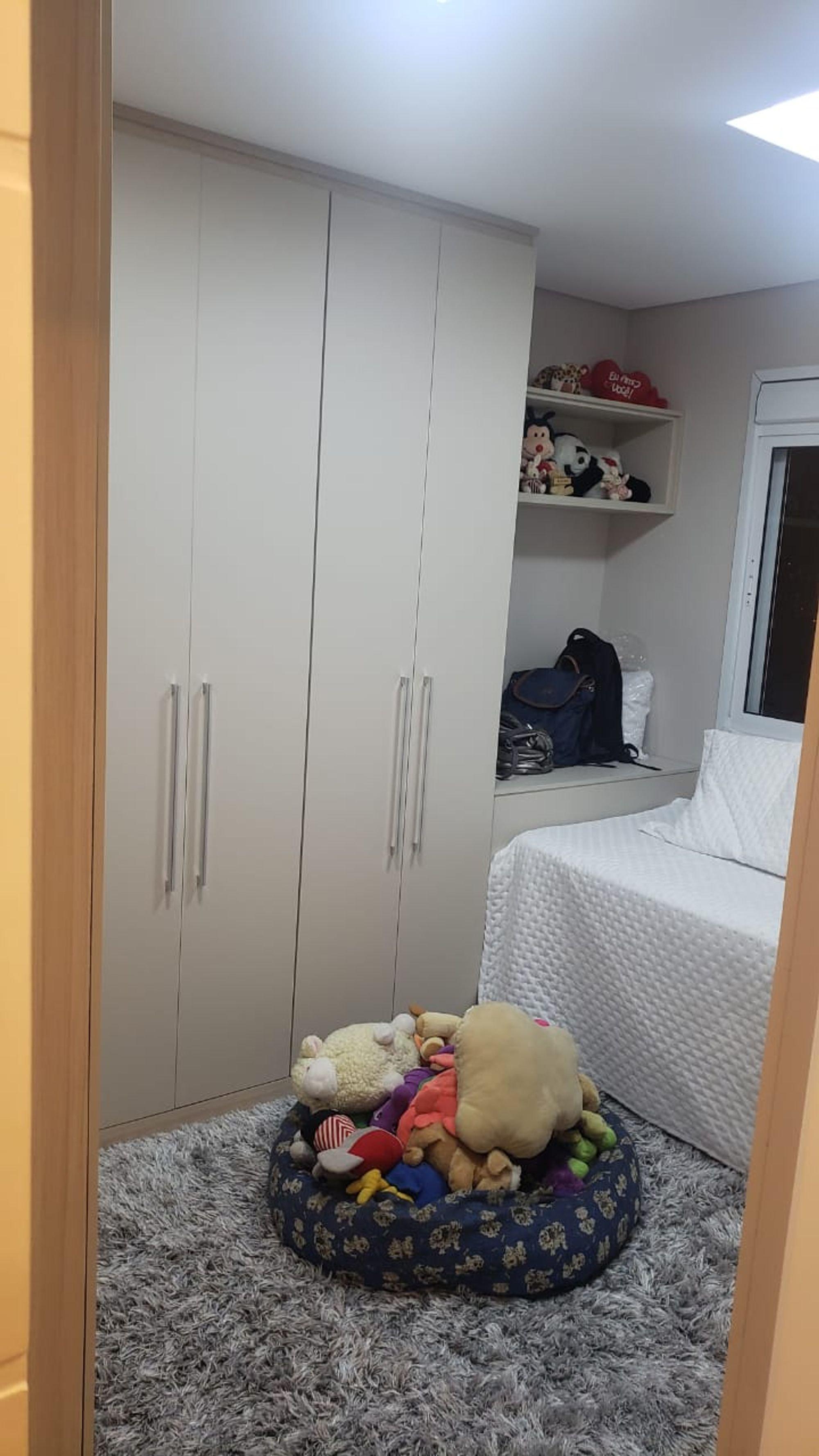 Foto de Quarto com cama, urso teddy
