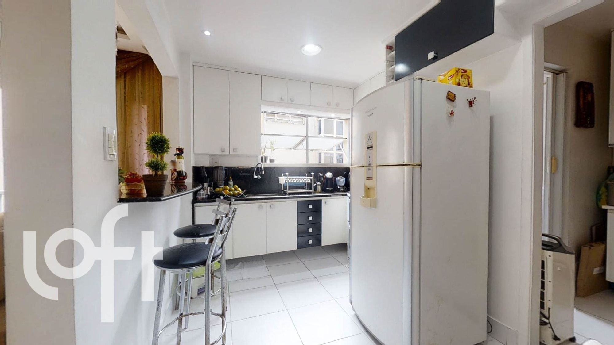 Foto de Cozinha com vaso de planta, geladeira, cadeira