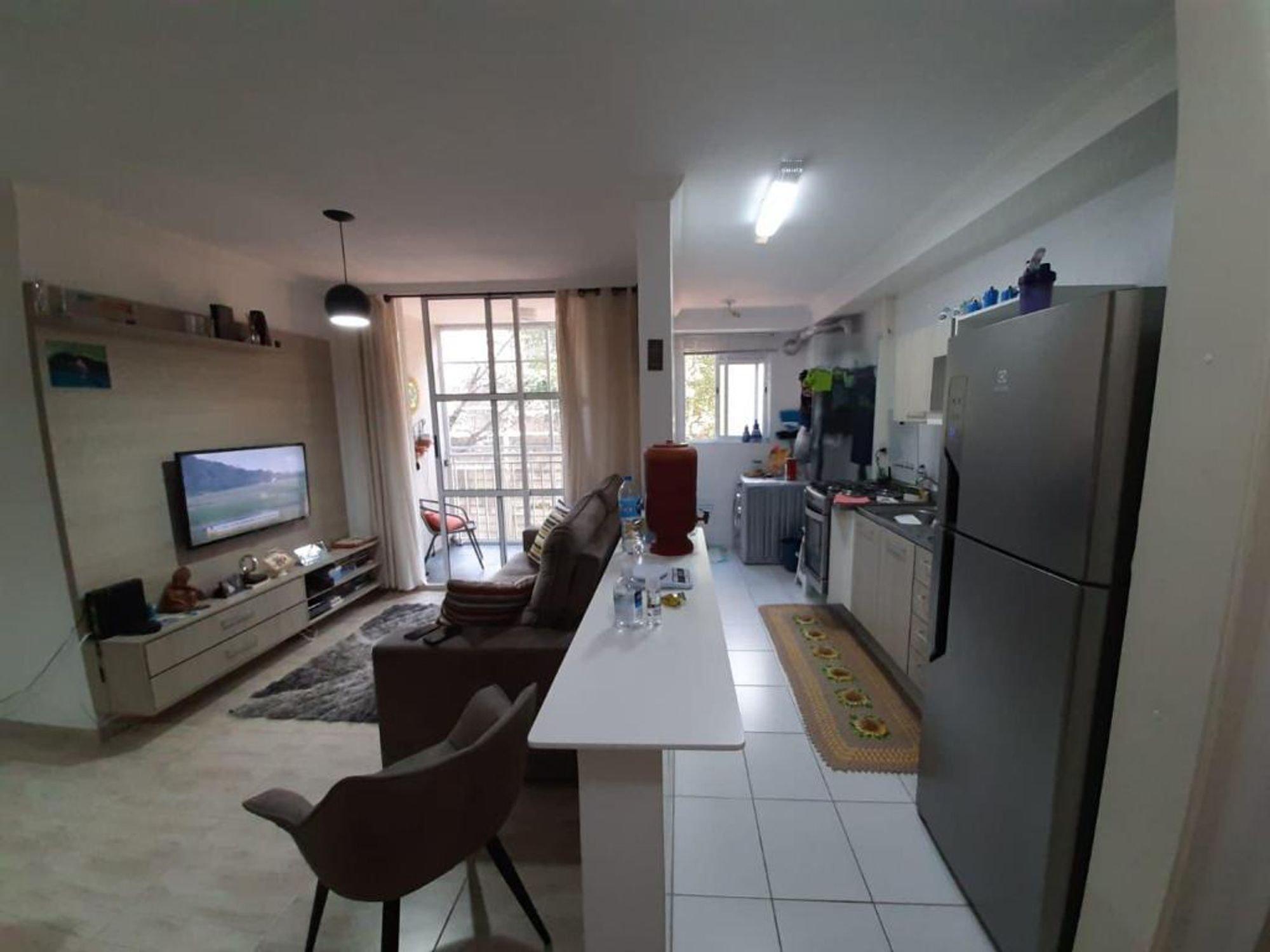 Foto de Sala com geladeira, televisão, cadeira