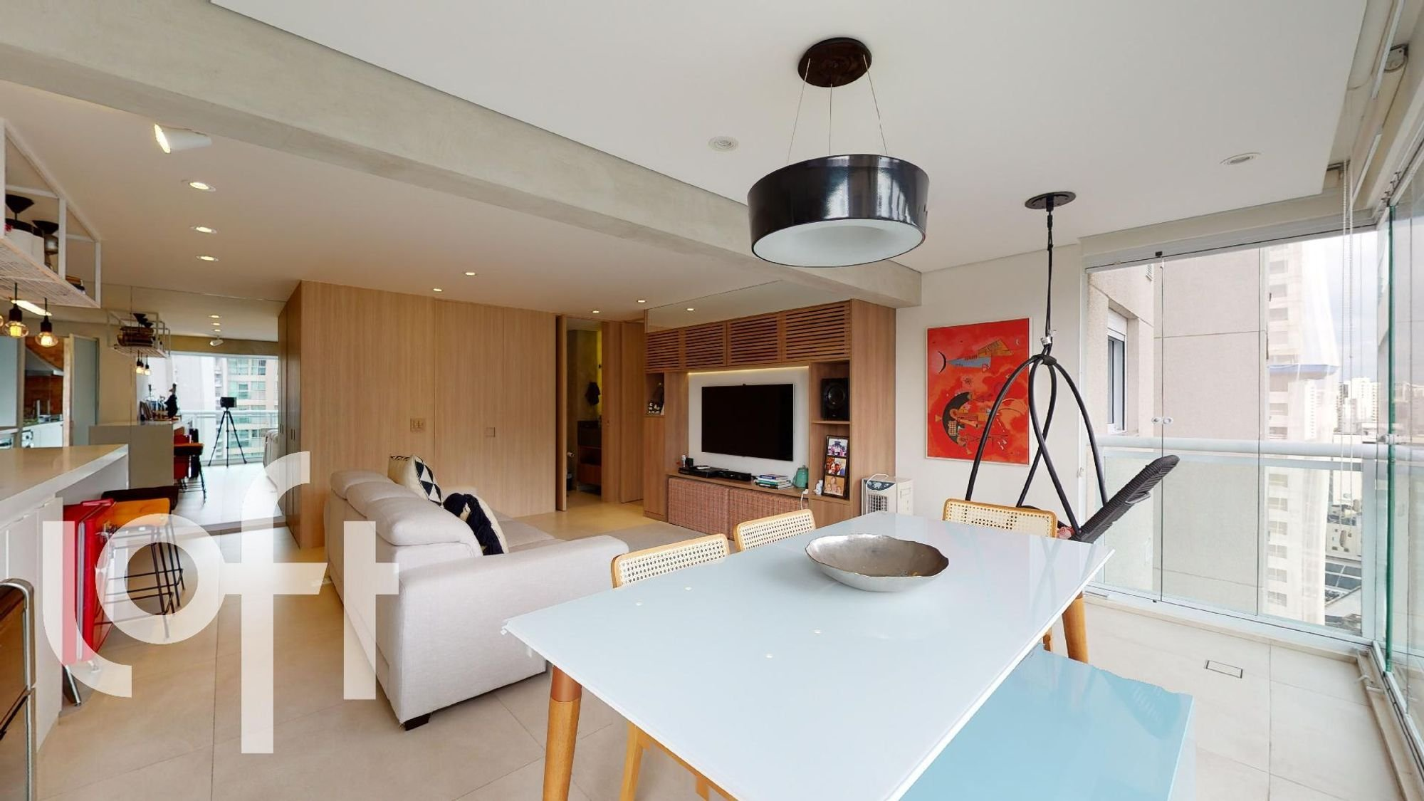 Foto de Sala com vaso de planta, sofá, televisão, tigela, cadeira