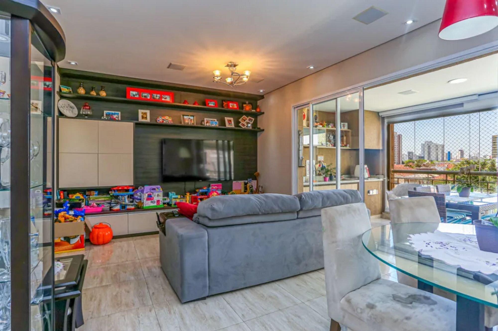 Foto de Sala com vaso de planta, sofá, televisão, vaso, cadeira