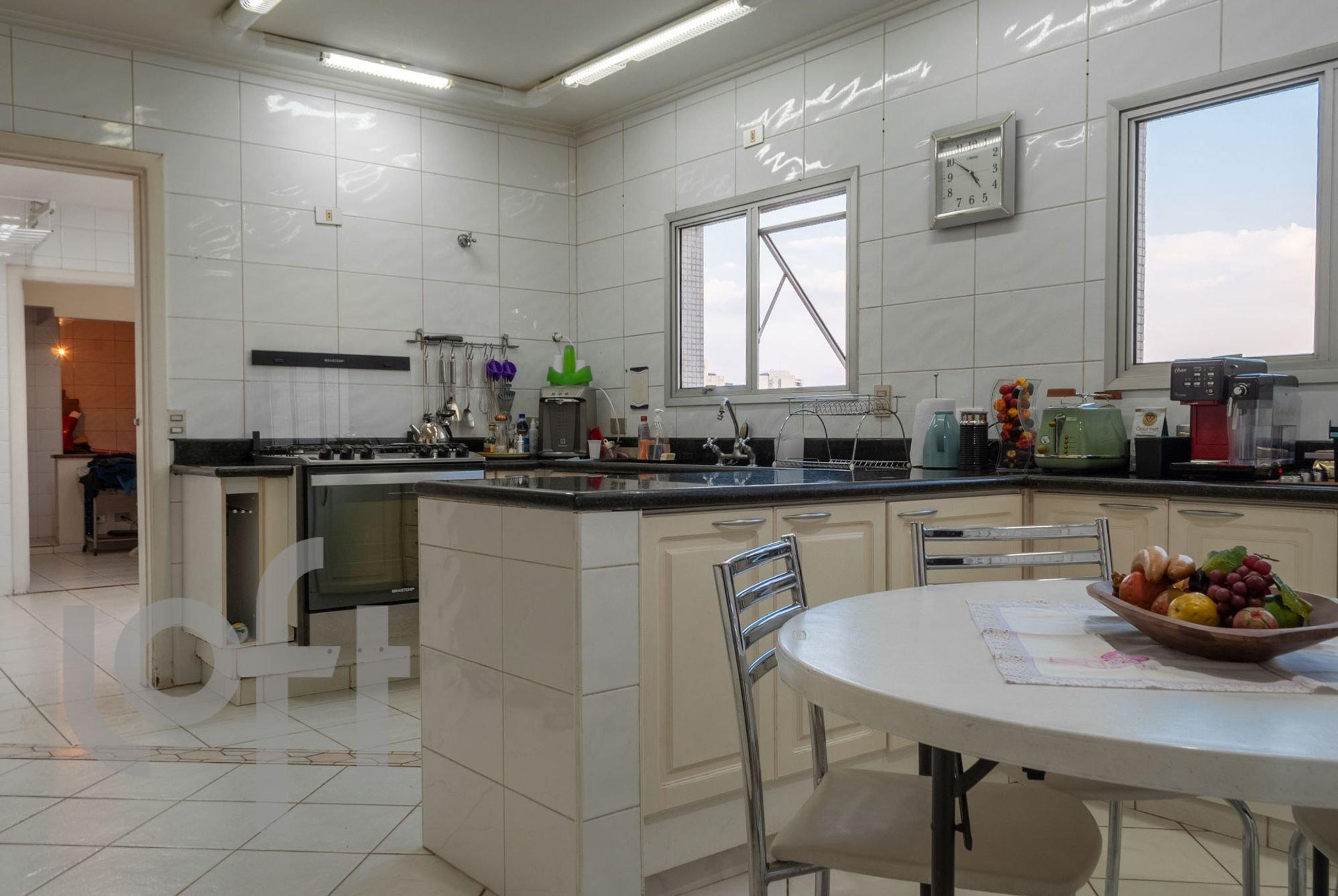 Foto de Cozinha com garrafa, tigela, cadeira, mesa de jantar