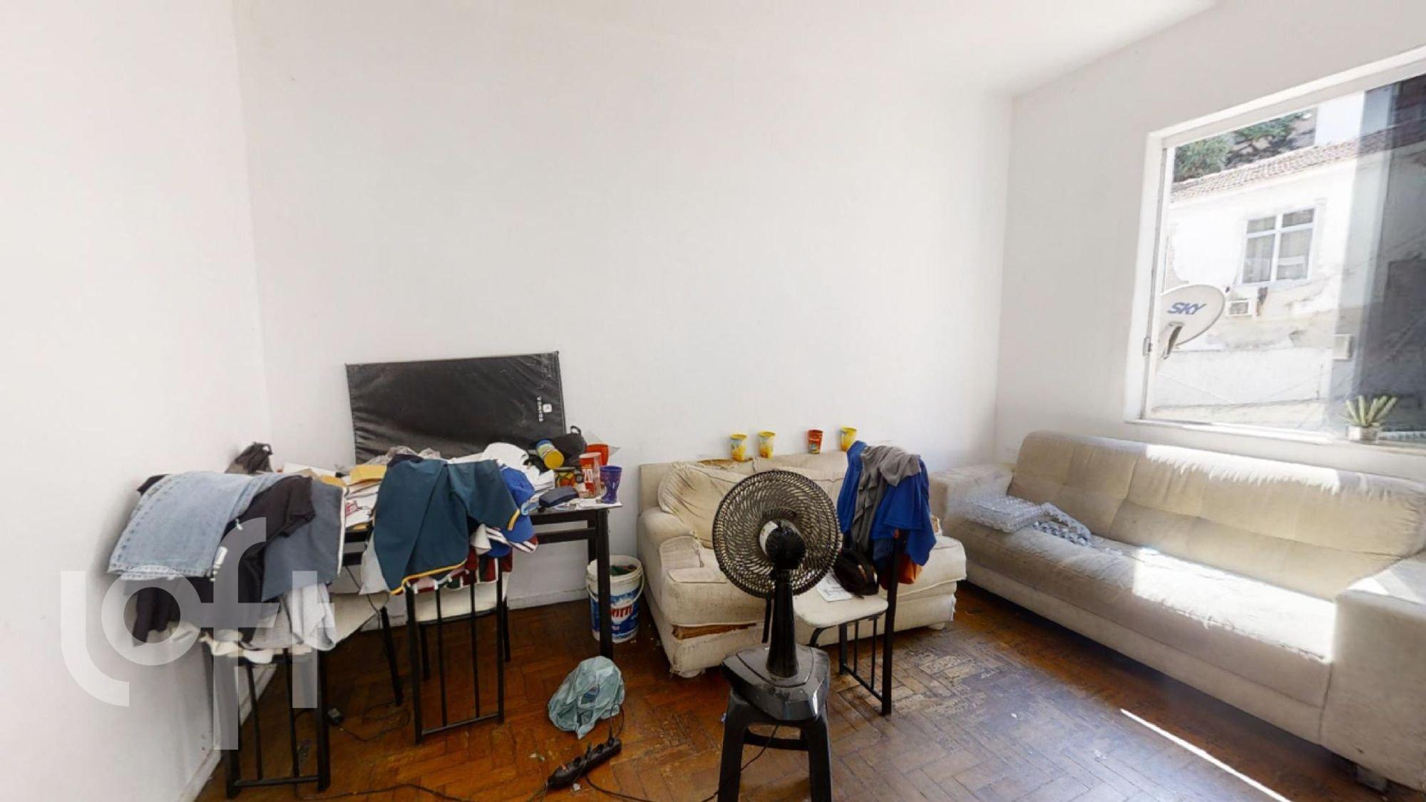 Foto de Sala com sofá, cadeira, mochila
