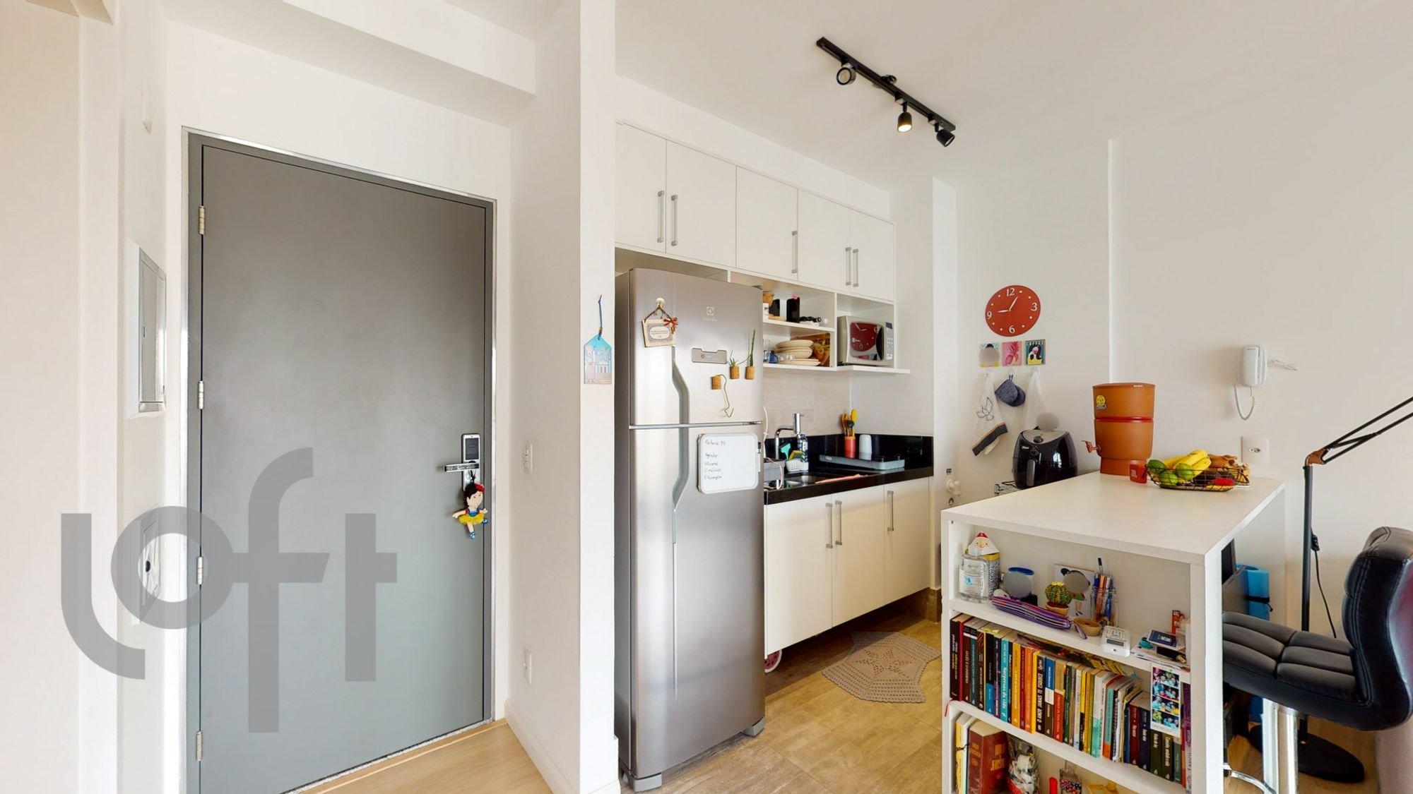 Foto de Cozinha com geladeira, relógio, livro