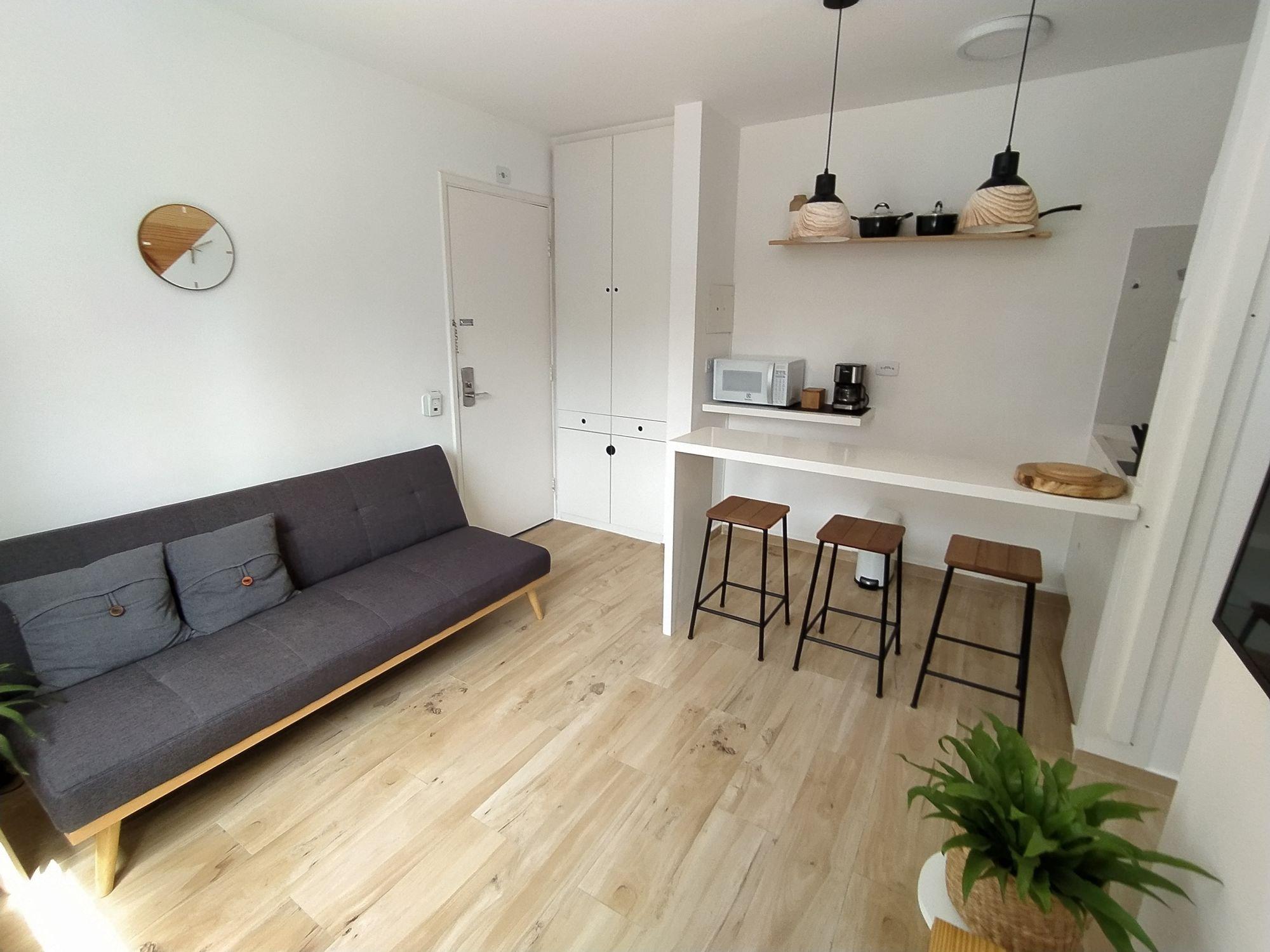 Foto de Sala com vaso de planta, sofá, relógio, cadeira