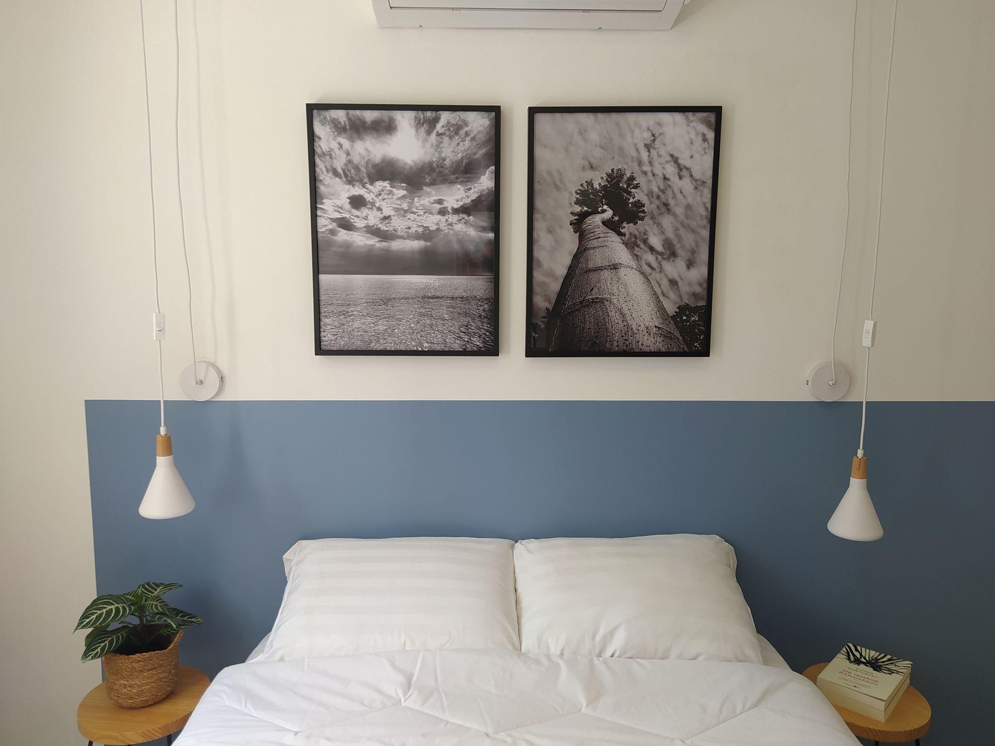 Foto de Quarto com cama, vaso de planta