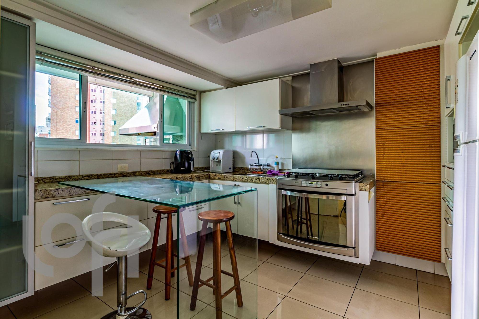 Foto de Cozinha com faca, garrafa, forno, cadeira