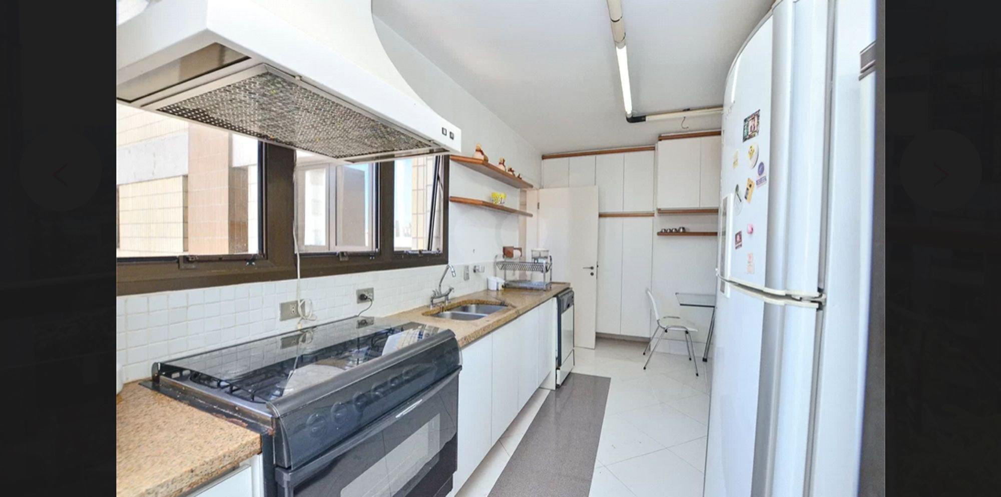 Foto de Cozinha com geladeira, pia, cadeira