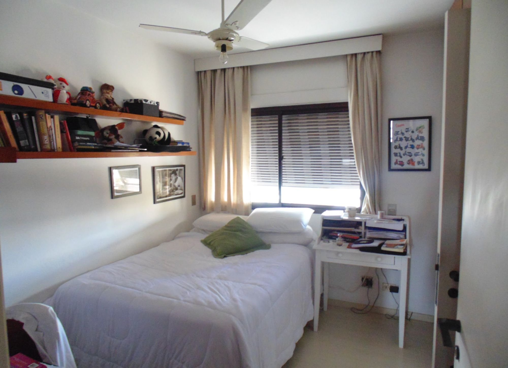 Foto de Quarto com cama, livro