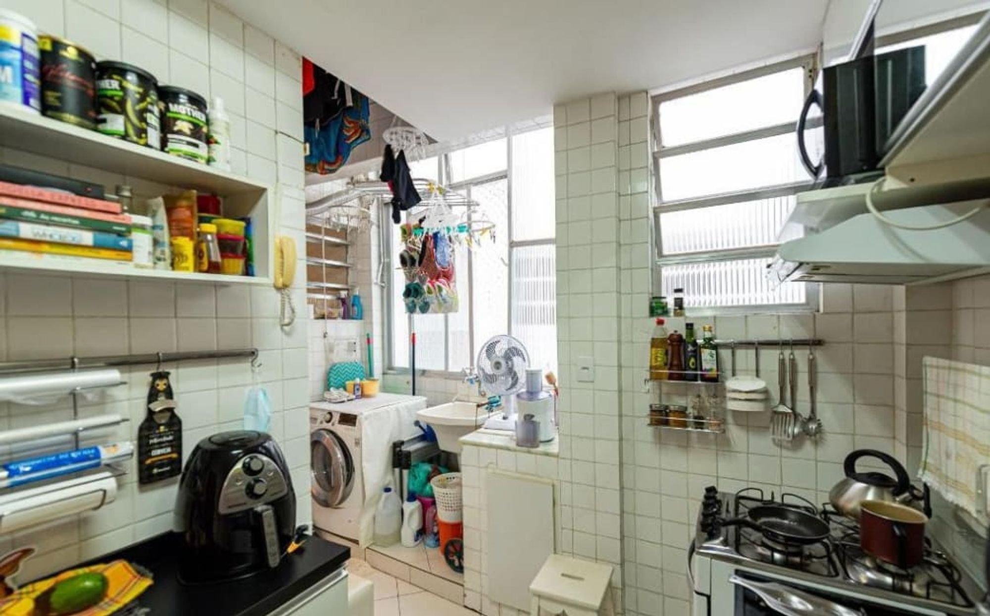 Foto de Cozinha com televisão, garrafa, forno, pia