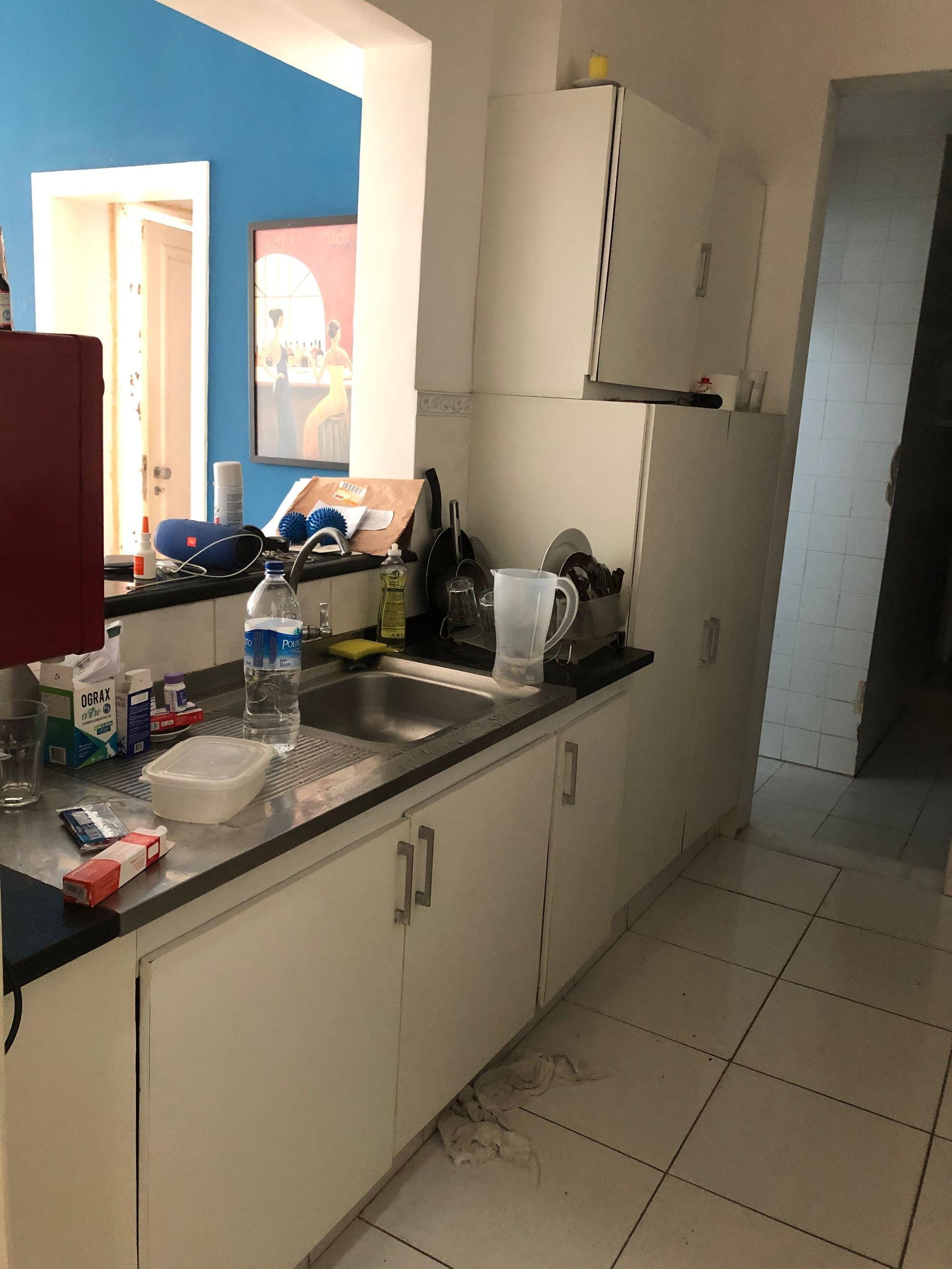 Foto de Cozinha com garrafa, tigela, pia, xícara