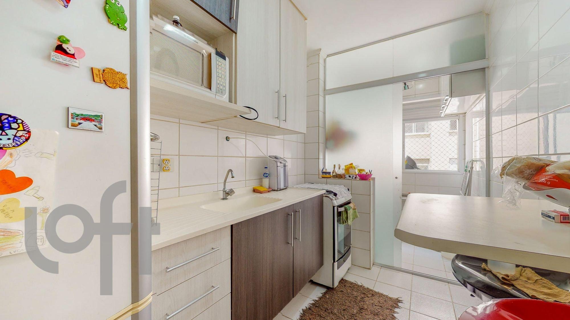 Foto de Cozinha com geladeira, garrafa, mesa de jantar