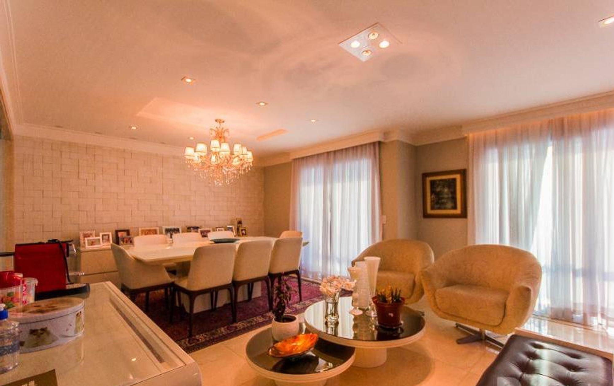 Foto de Sala com copo de vinho, vaso, garrafa, cadeira