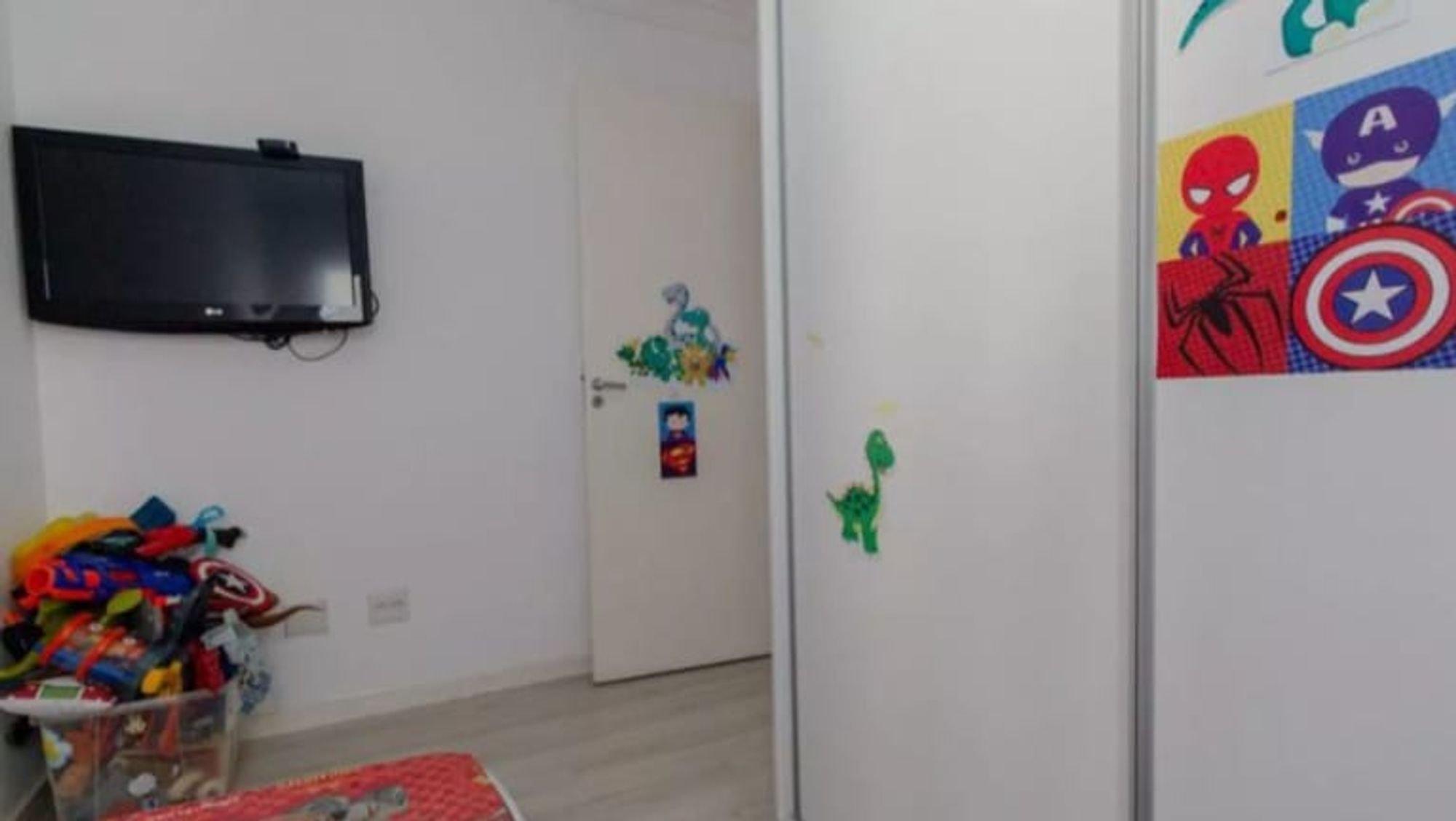 Foto de Quarto com geladeira, televisão