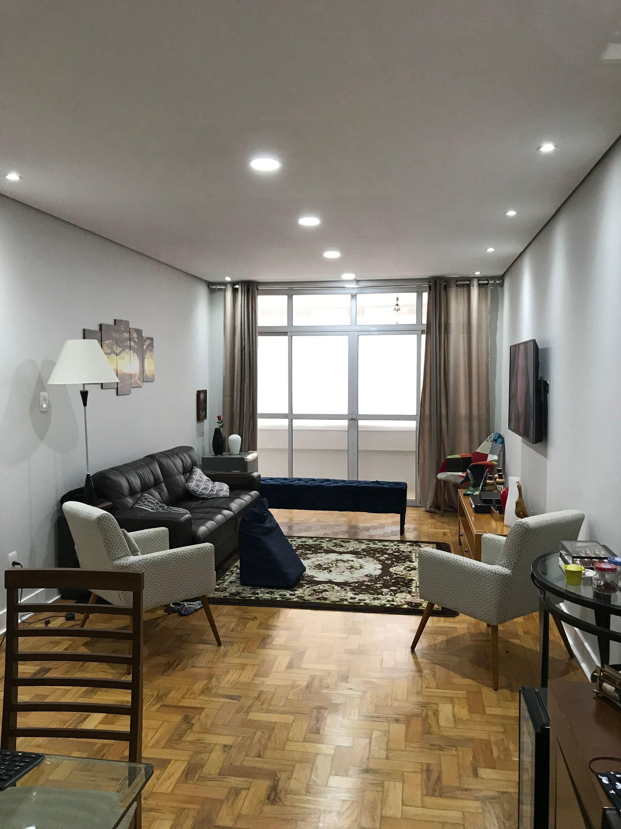 Foto de Sala com sofá, televisão, vaso, cadeira, mesa de jantar