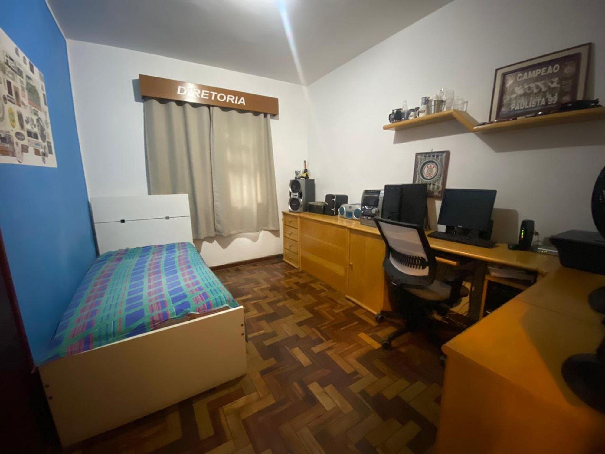 Foto de Quarto com teclado, televisão, cadeira