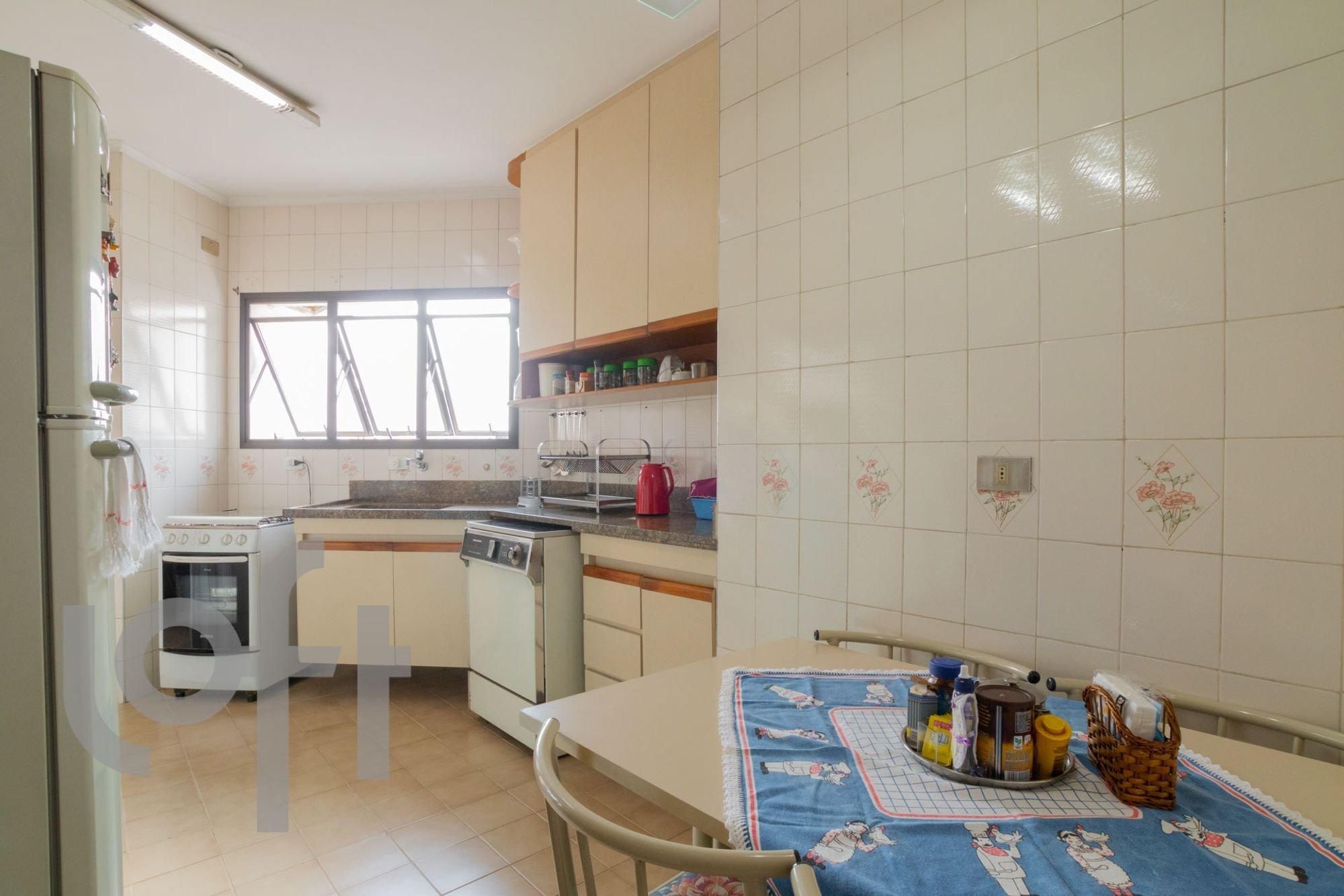 Foto de Cozinha com cadeira, garrafa, mesa de jantar